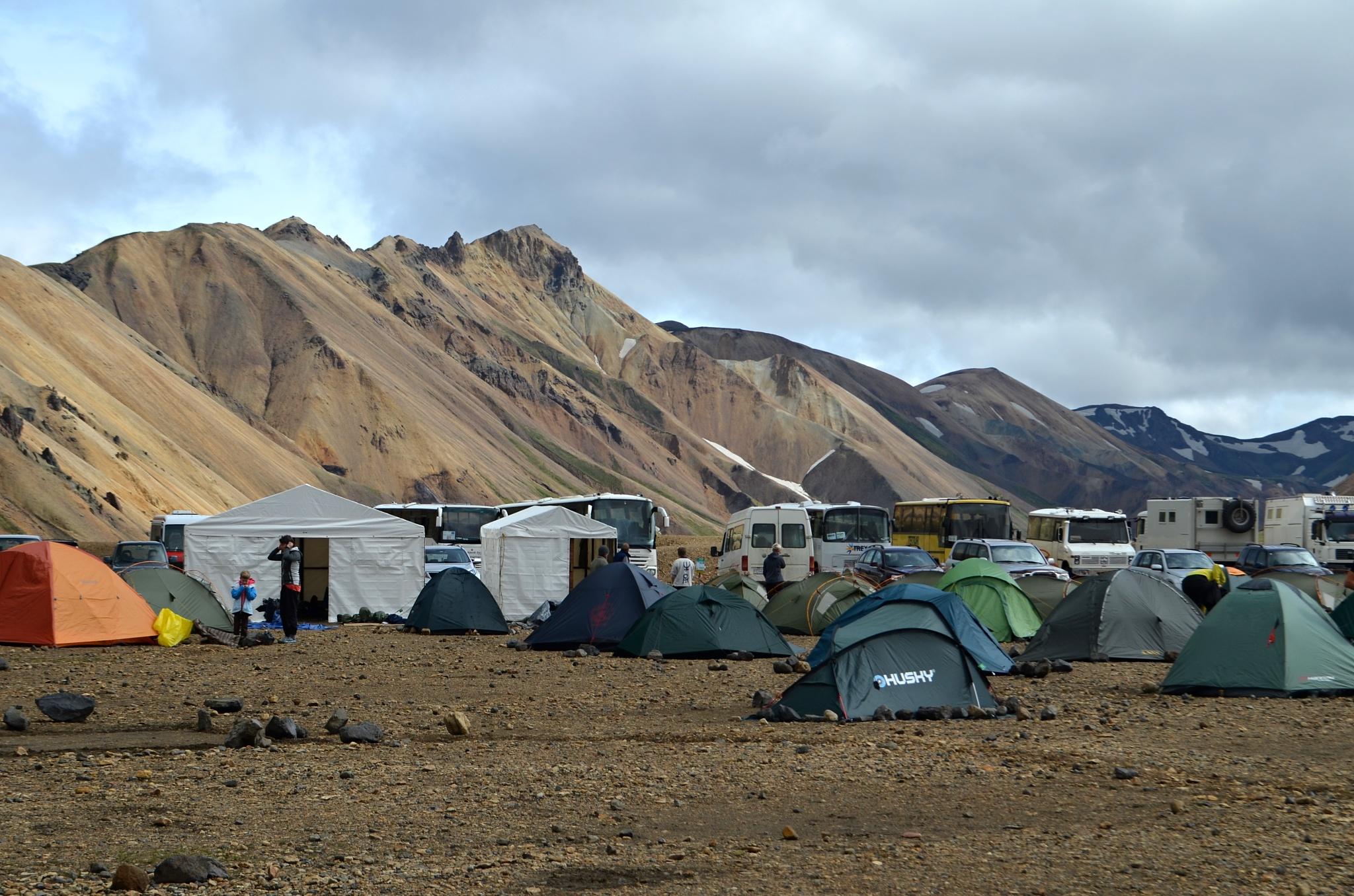 Kemp v Landmannalaugaru je na islandské poměry obrovský
