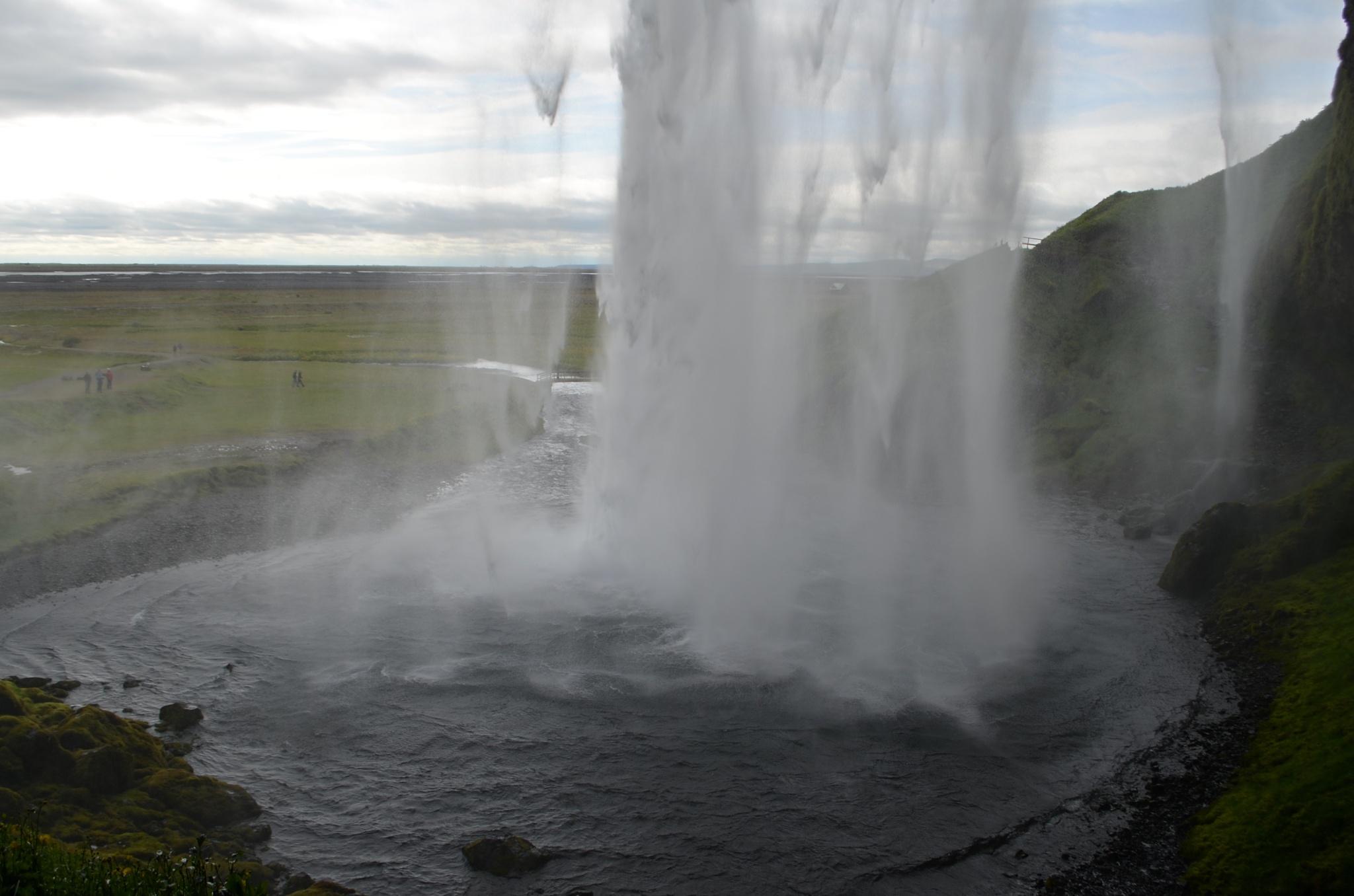Za vodopádem Seljalandfoss