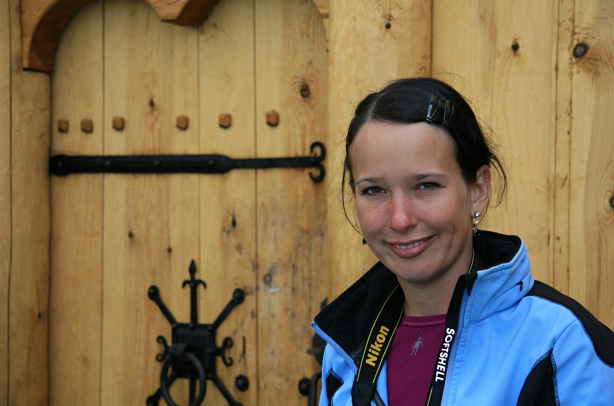 Hanka u dveří do dřevěné repliky kostela