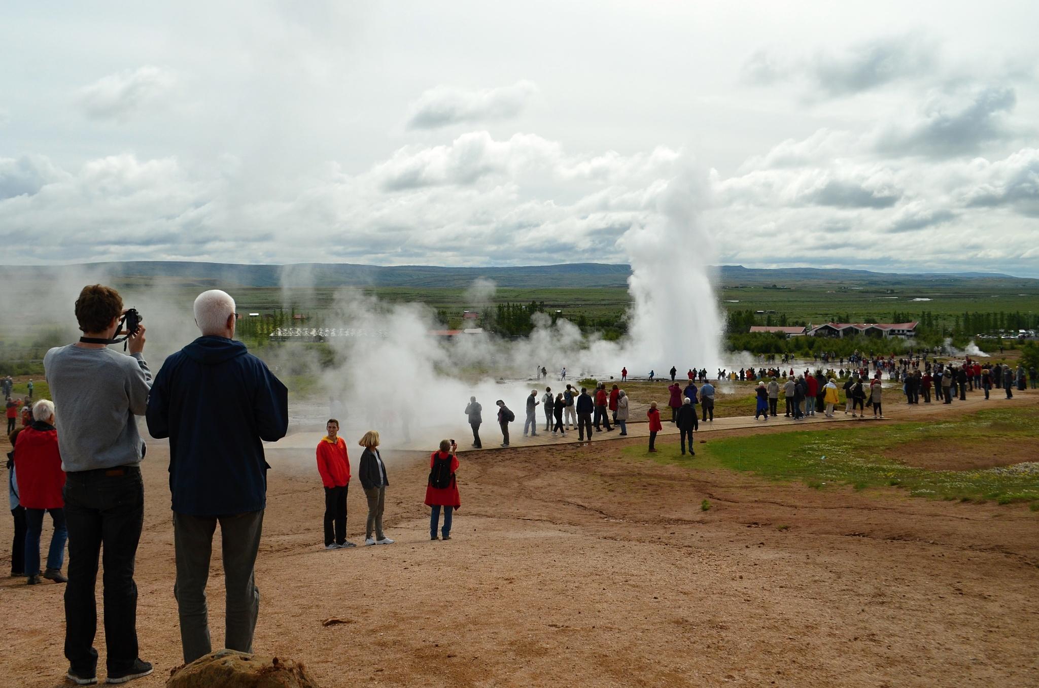 A ještě jedna erupce gejzíru Strokkur z jiného úhlu