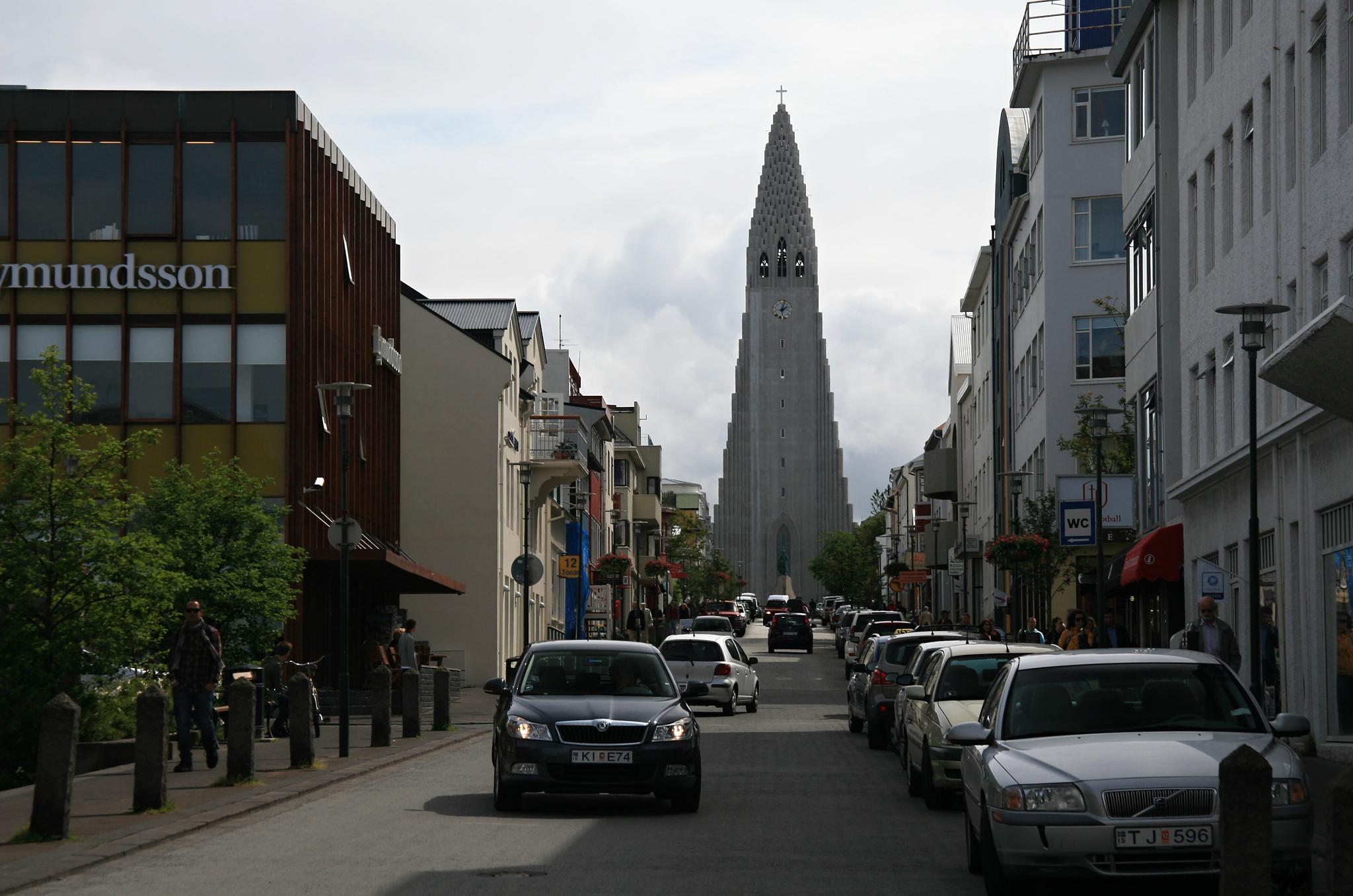 Ulice Skólavörðustígur, v pozadí katedrála Hallgrímskirkja