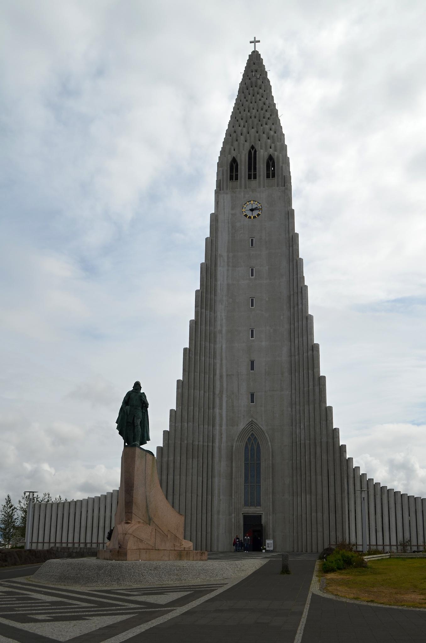 Katedrála Hallgrímskirkja a socha Leifa Erikssona