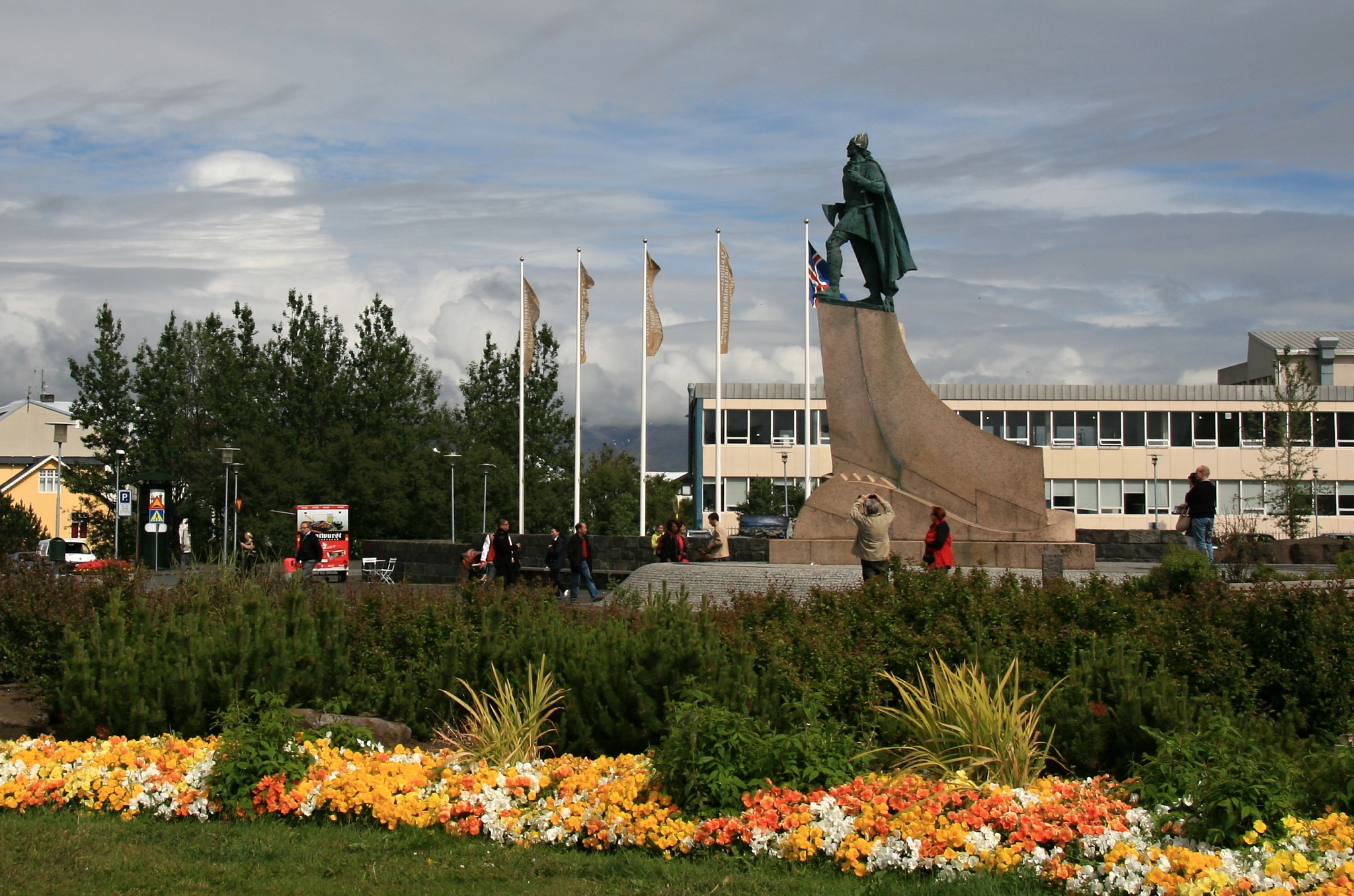 Socha Leifa Erikssona před katedrálou.