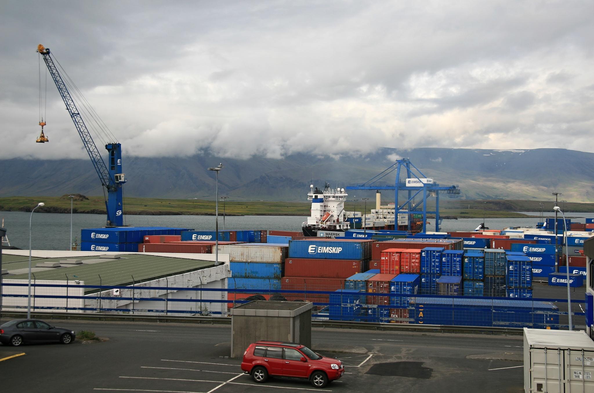 Nákladní přístav a překladiště kontejnerů.