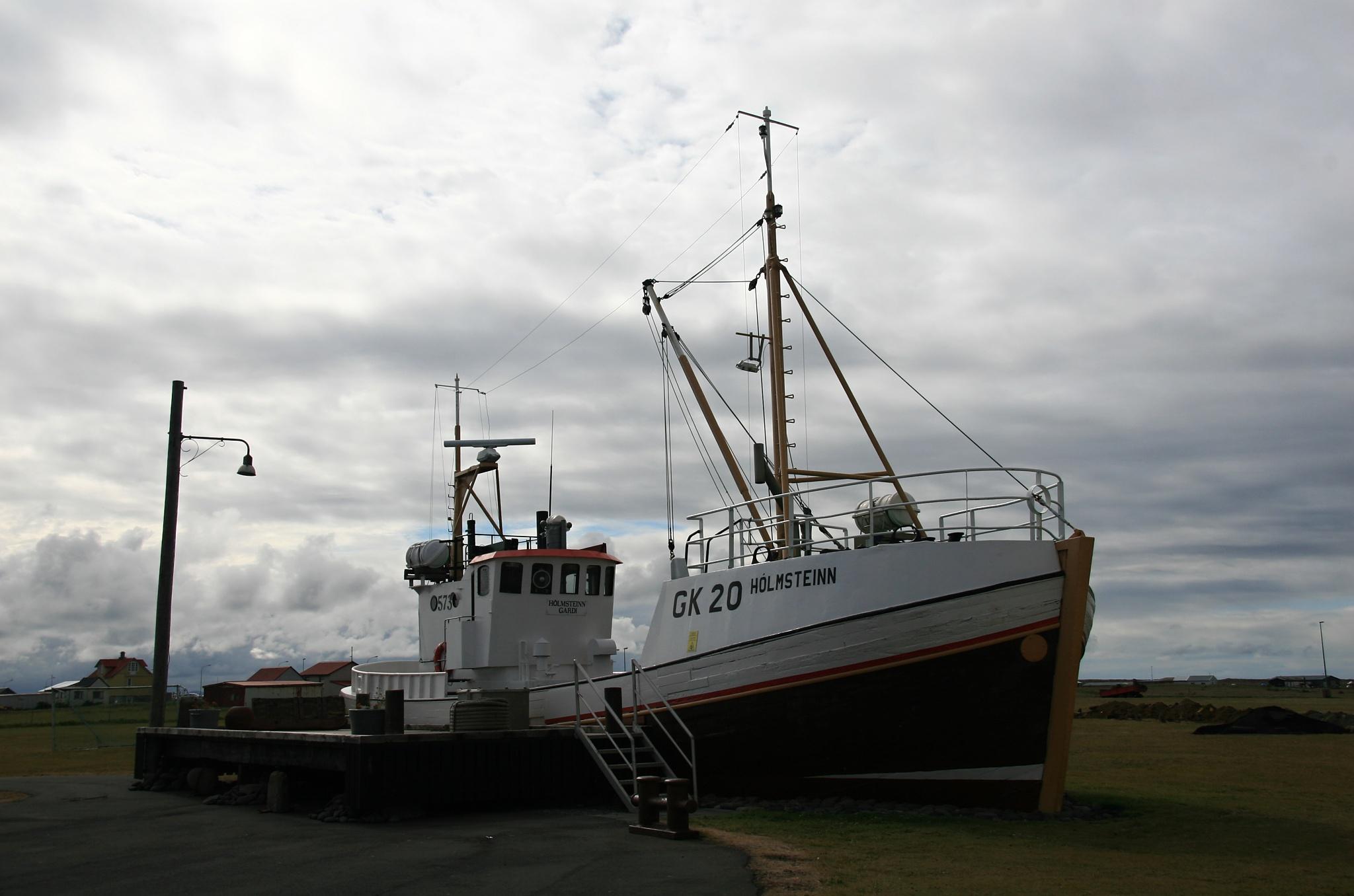 Větší loď na pobřeží Garðskagi
