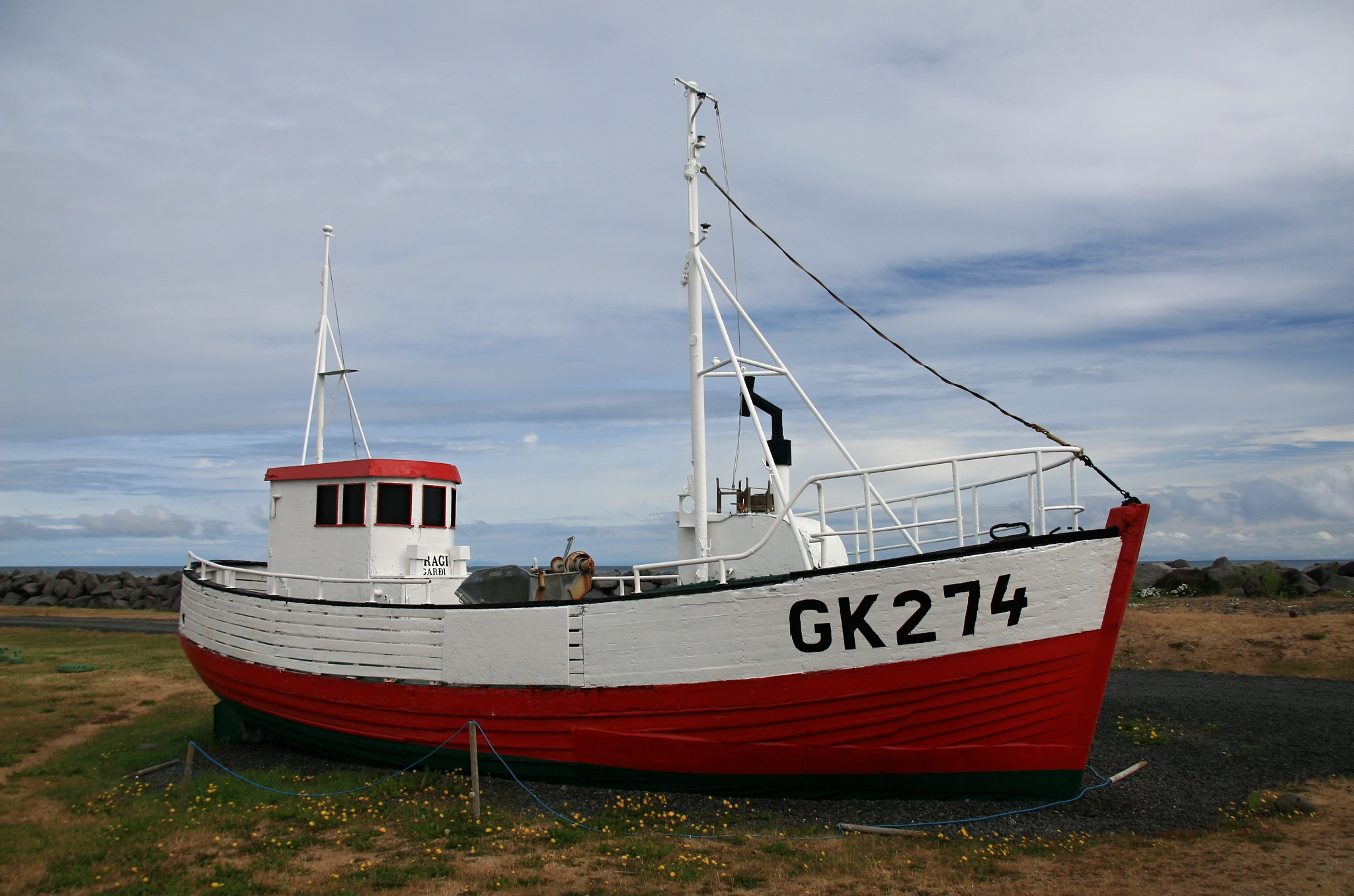 Malá loď na pobřeží Garðskagi
