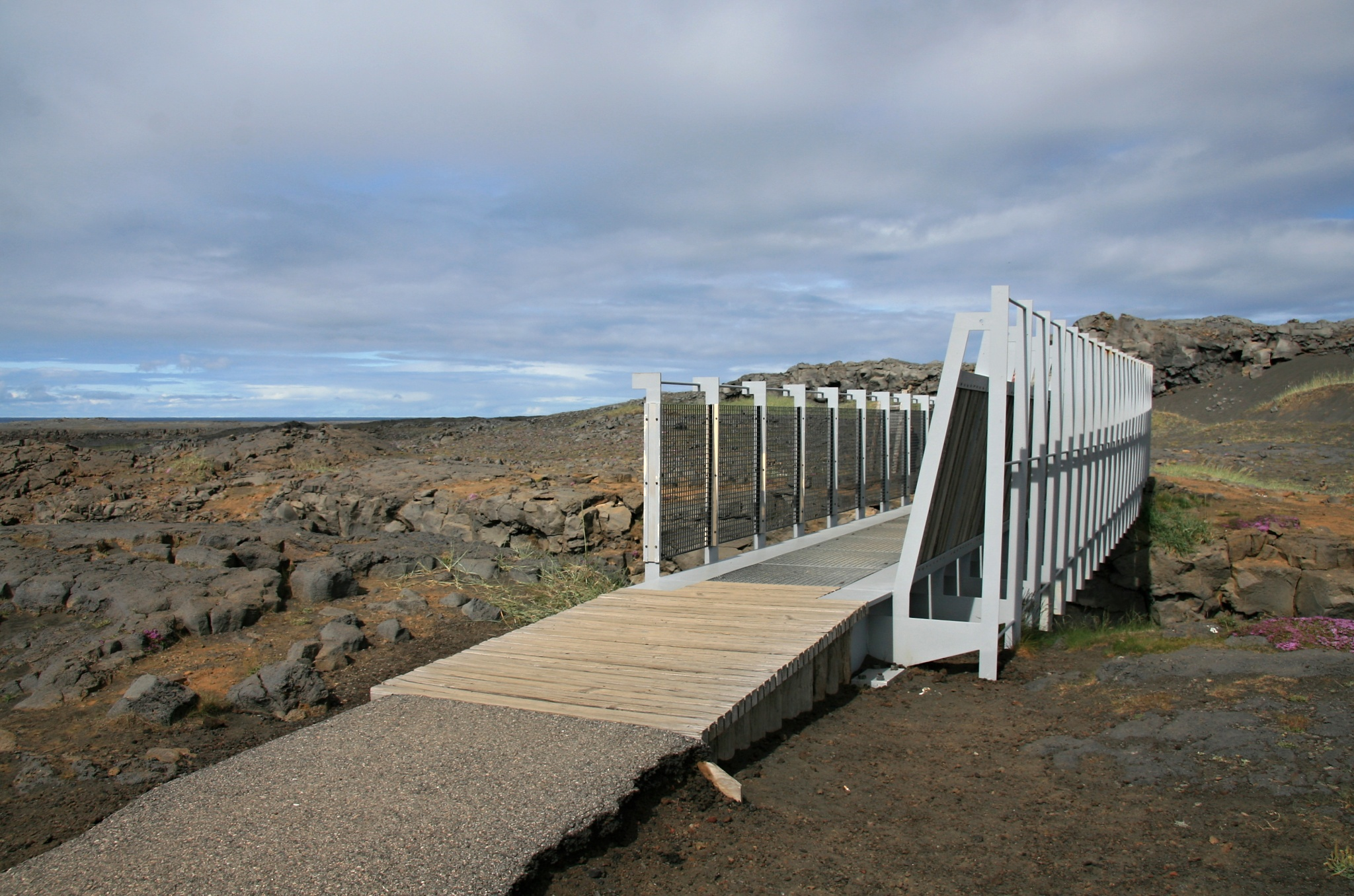 Most pro pěší přes pevninský zlom