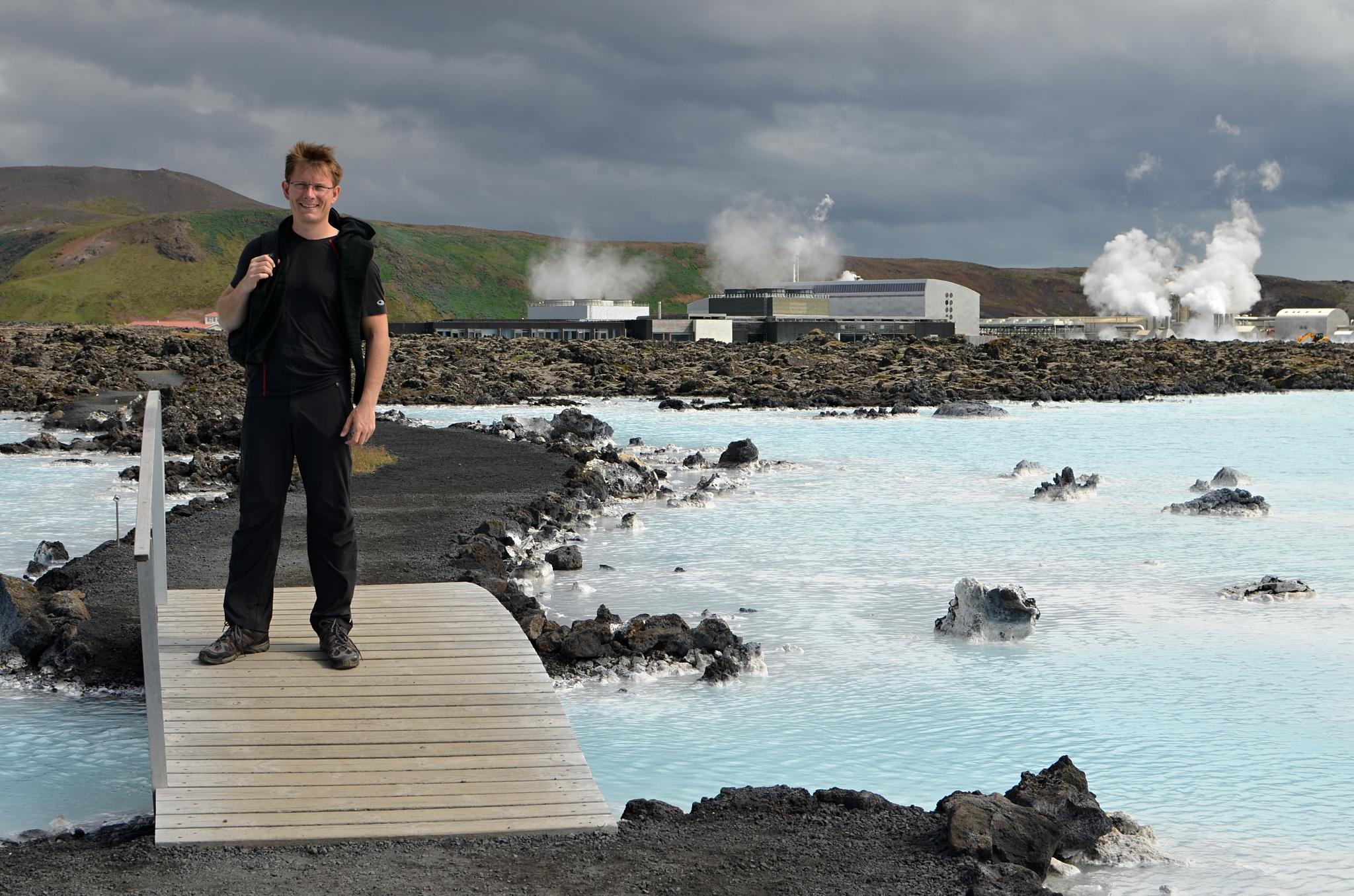 Před Modrou lagunou, v pozadí geotermální elektrárna Svartsengi