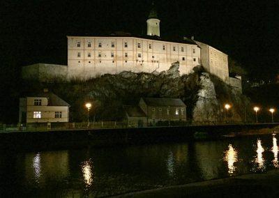Krásně nasvícený hrad v Ledči.