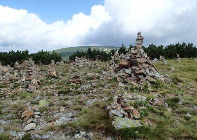 Kamenné mohyly na vrcholu