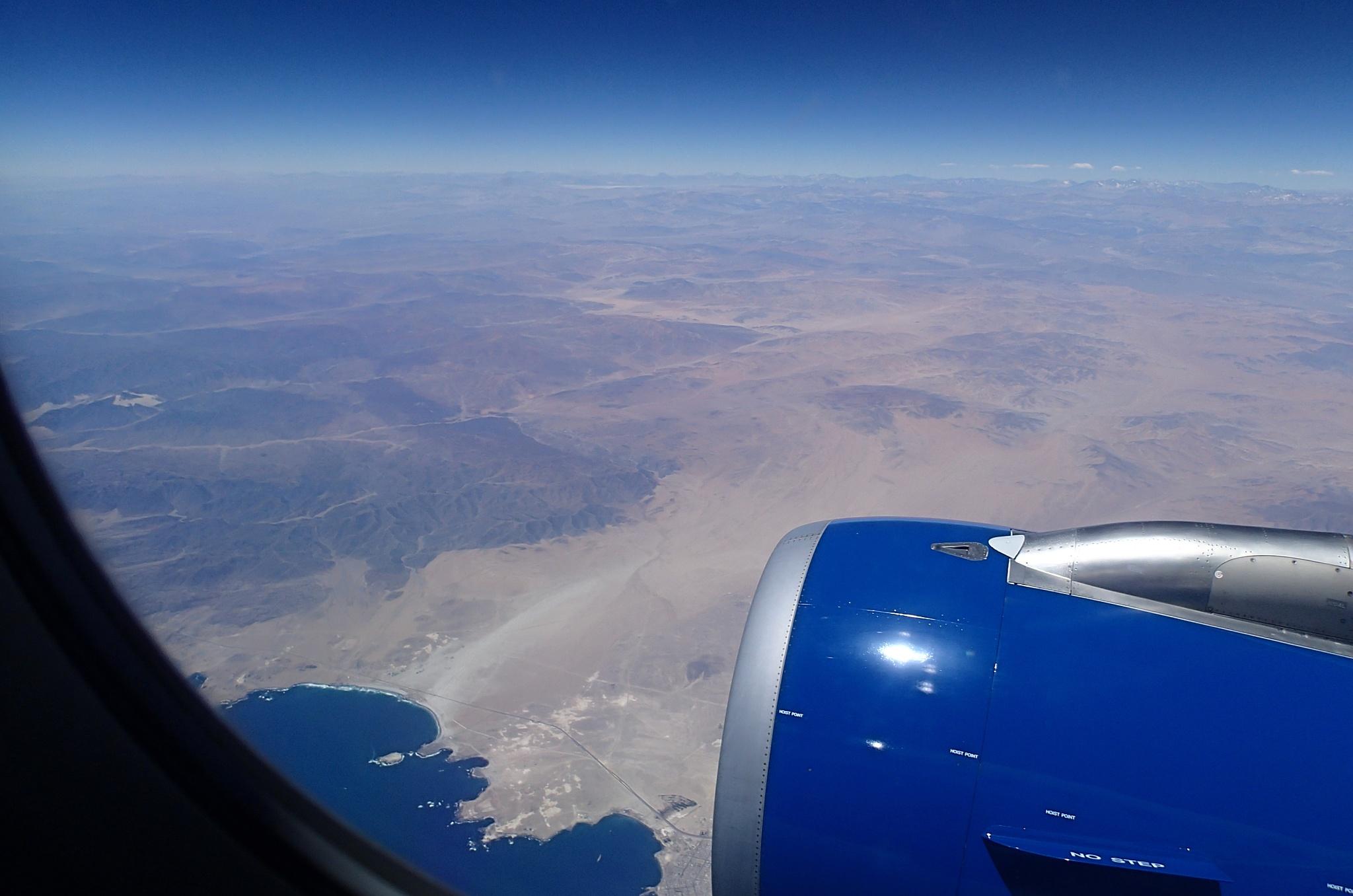 Letíme na sever do Ariky, dole nějaká poušť