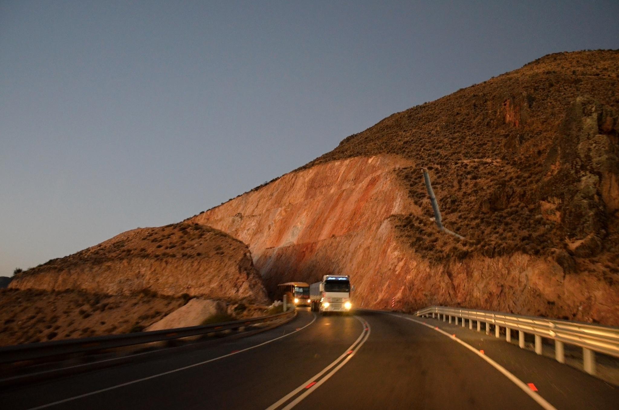 Kvůli silnici vyříznou cestu skrz horu