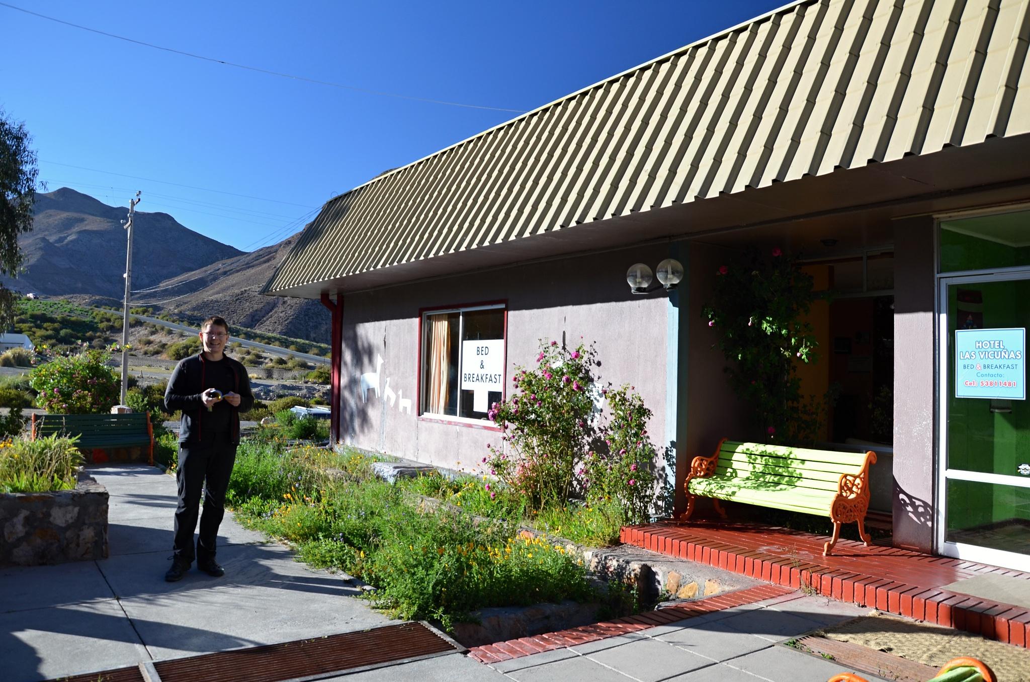 Před hotelem Las Vicuñas v Putre