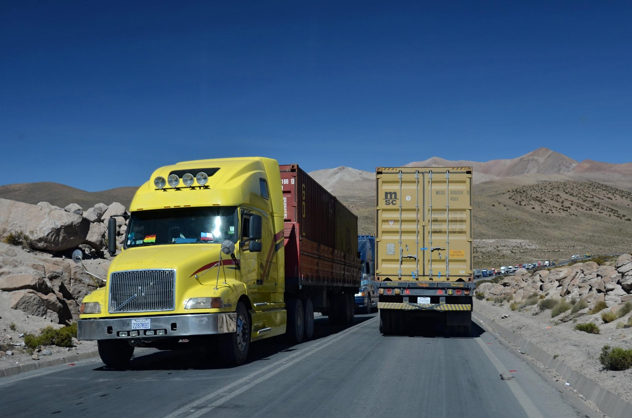 Kolona kamionů z a na hranici s Bolivií