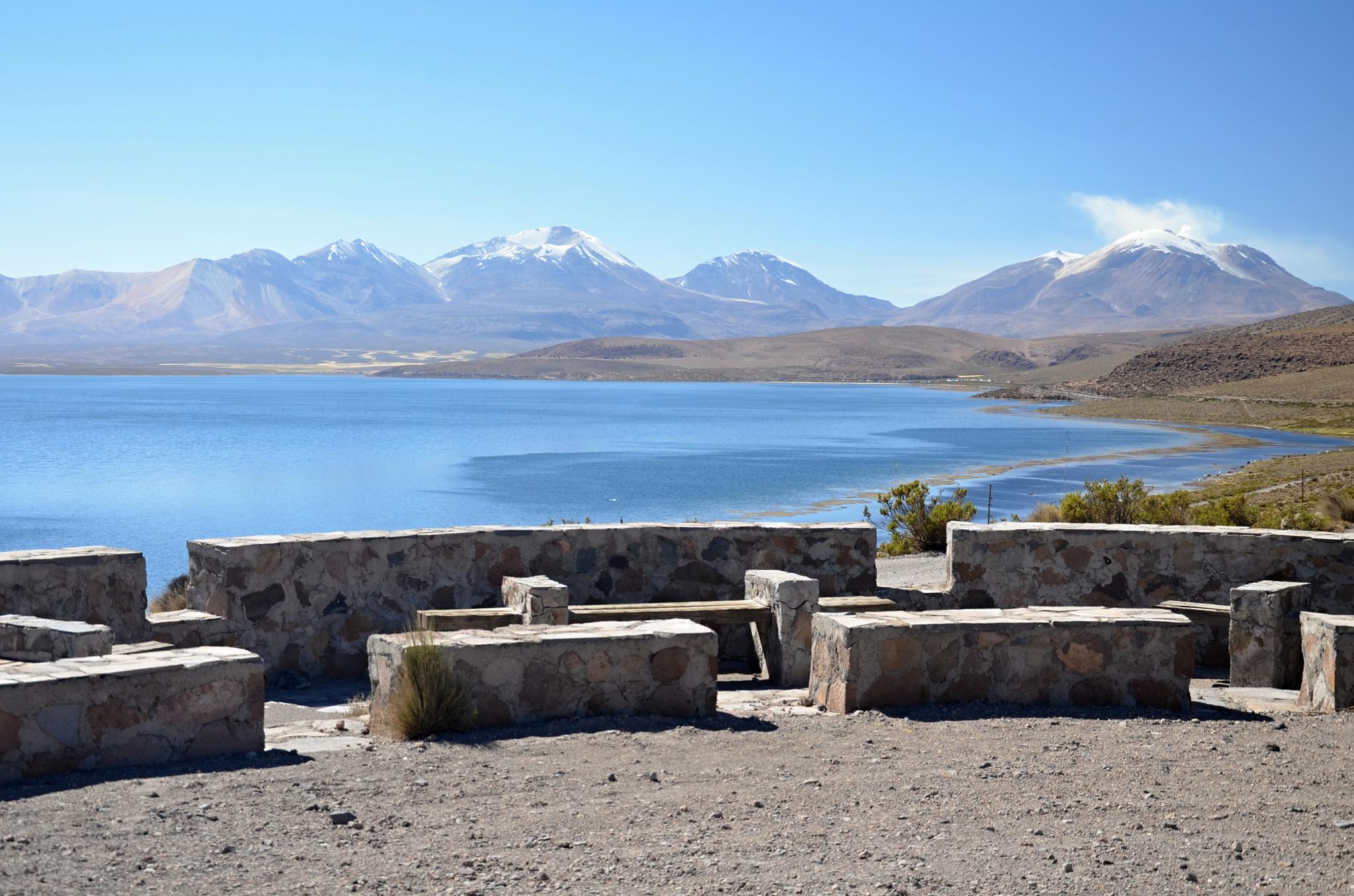 Odpočívadlo s úžasným výhledem na hory na hranici s Bolivií, vpravo dýmající sopka Guallatire