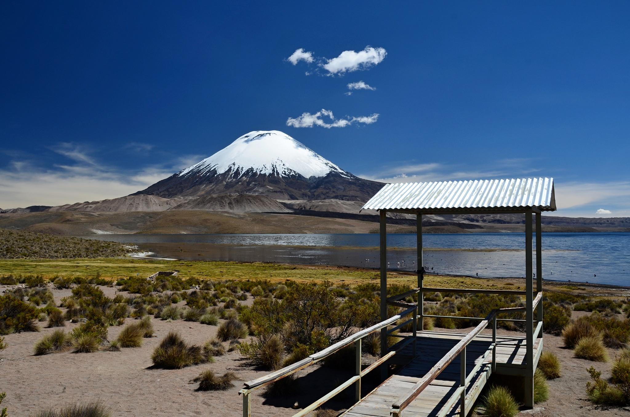 Sopka Parinacota a přístřeší pro turisty