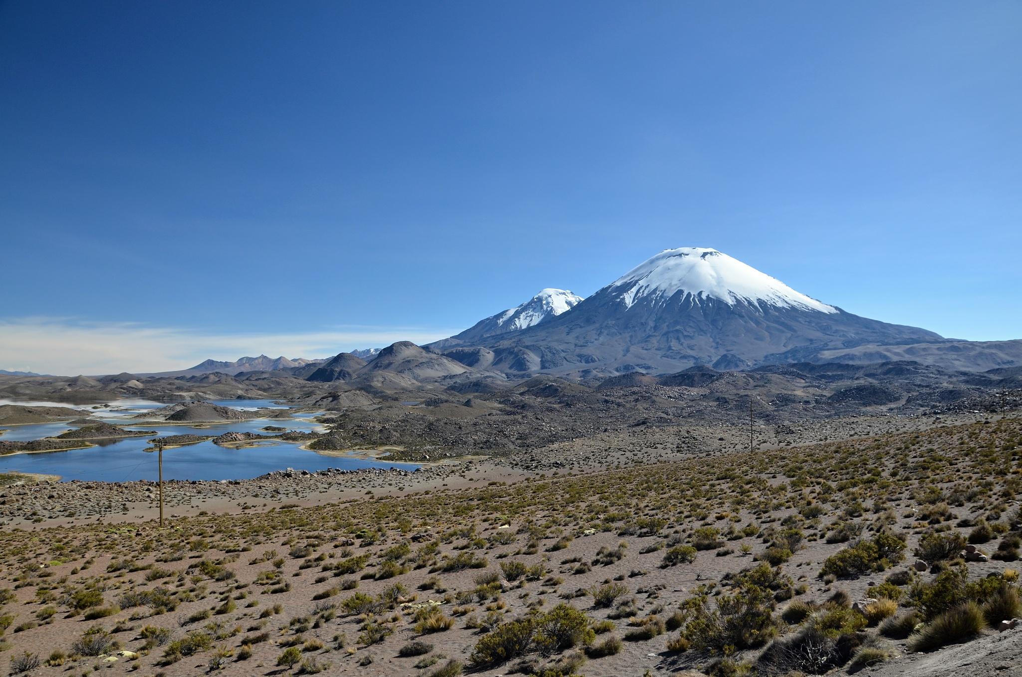 Sopky Parinacota a Pomerape spolu s jezerem Cotacotani