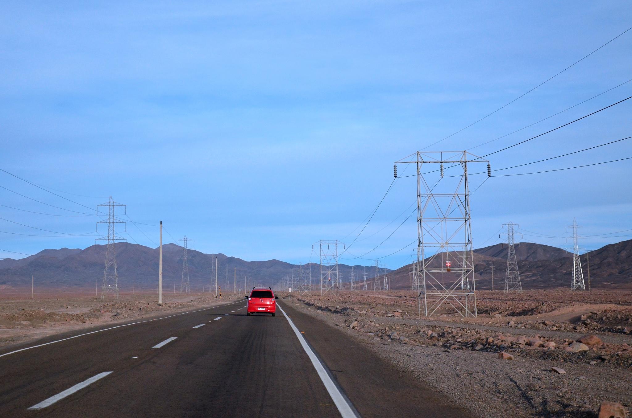 Silnice lemovaná sloupy vysokého napětí