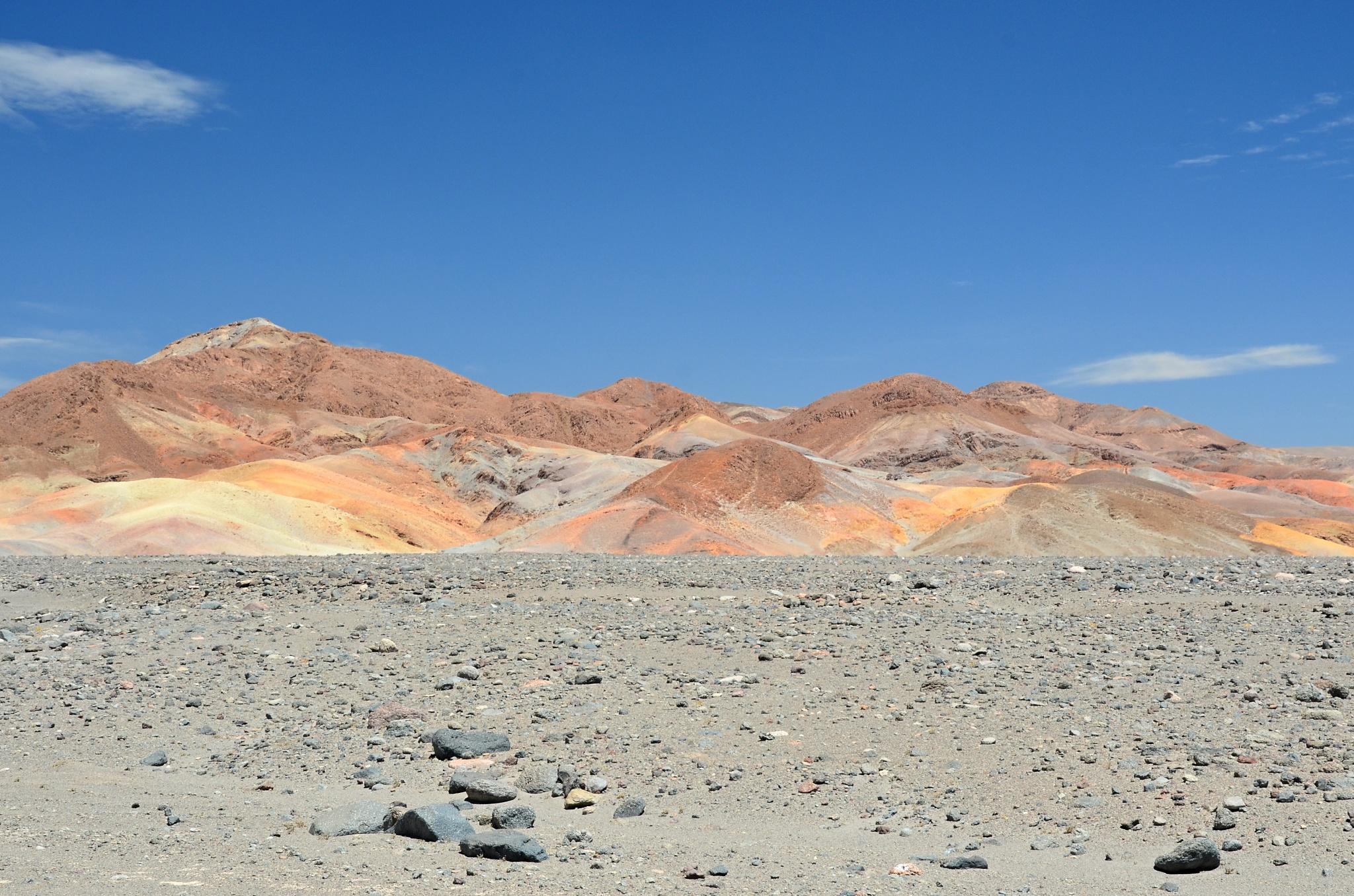 Duhové hory u solného pole v Atacamě