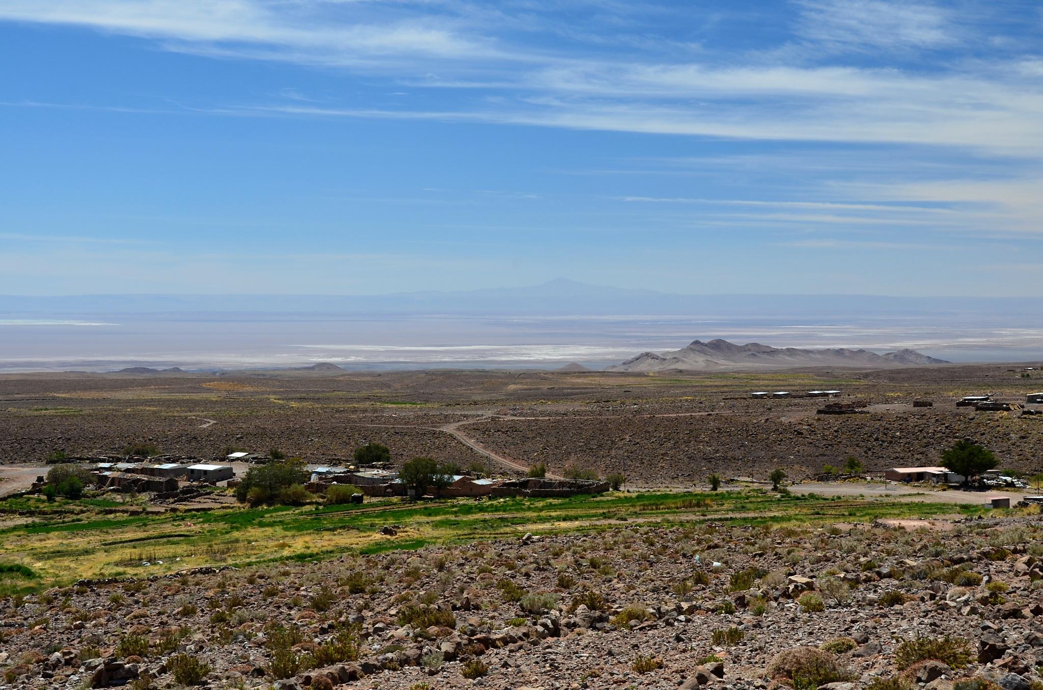 Malá vesnice Socaire, v pozadí poušť Atacama