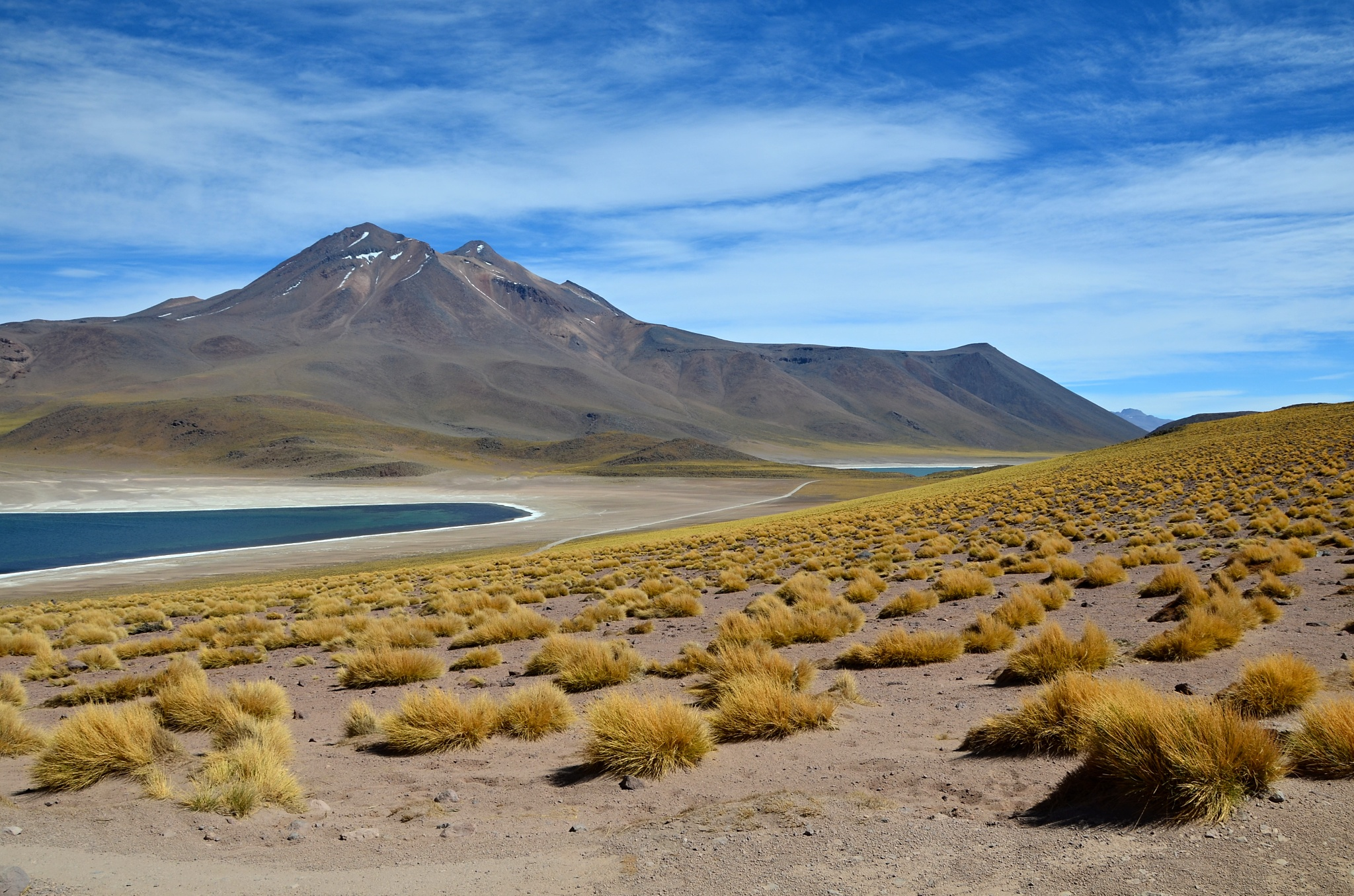 Jezero Miscanti, v pozadí jezero Miñiques