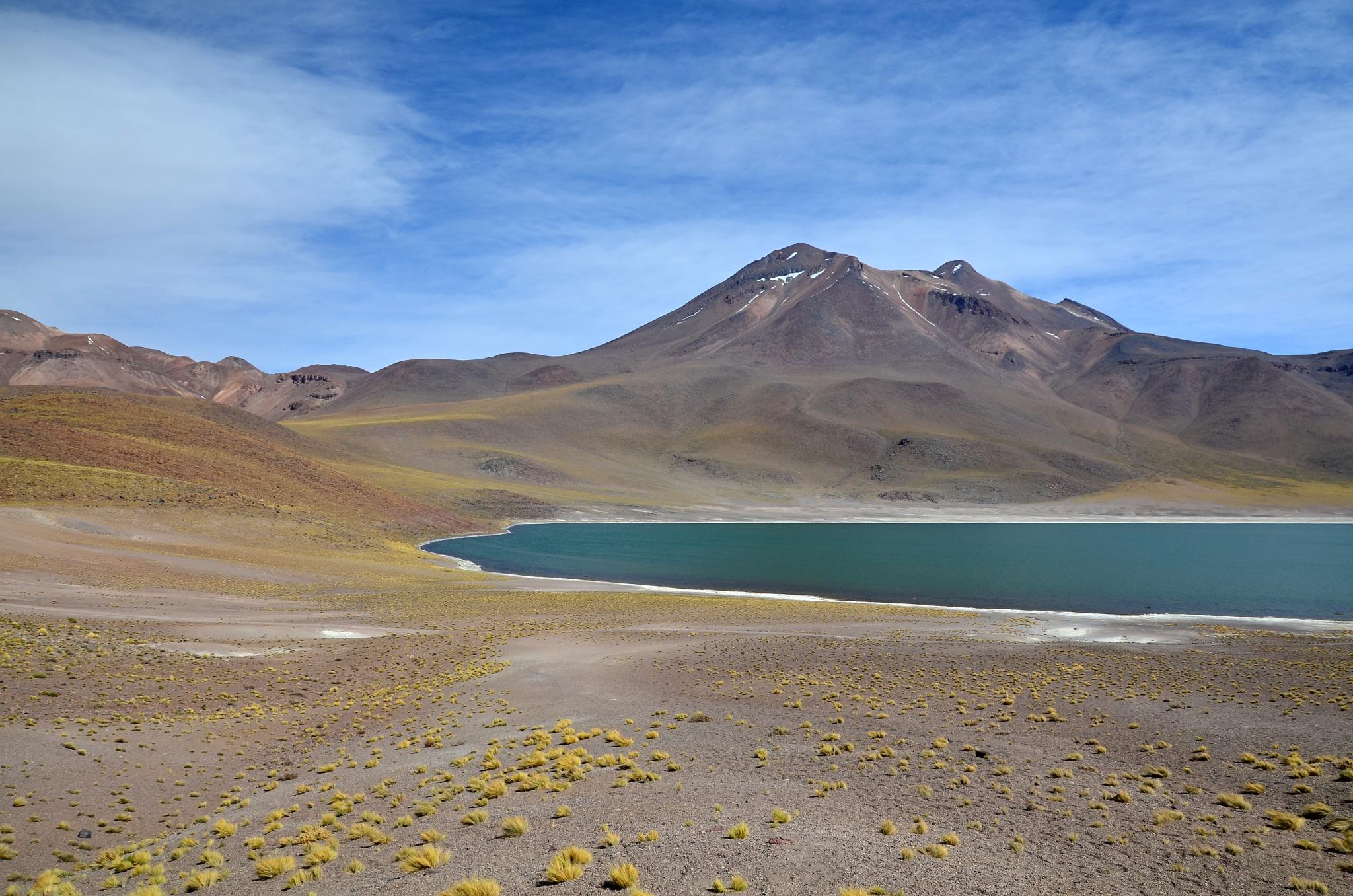 Jezero Miñiques se stejnojmennou sopkou v pozadí