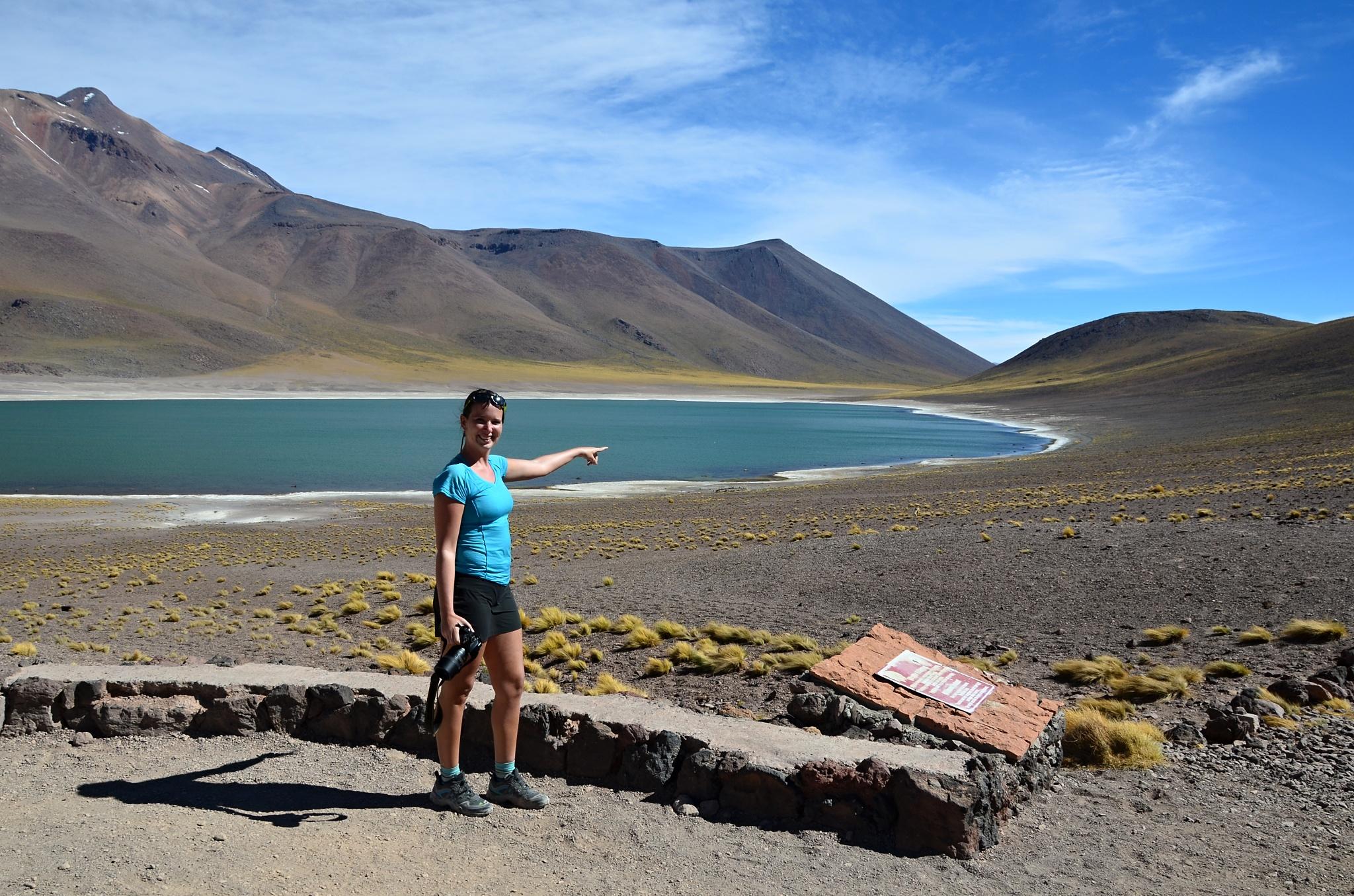 Hanka ukazuje na Patagonskou lišku v dáli. Jsou tam dokonce dvě!