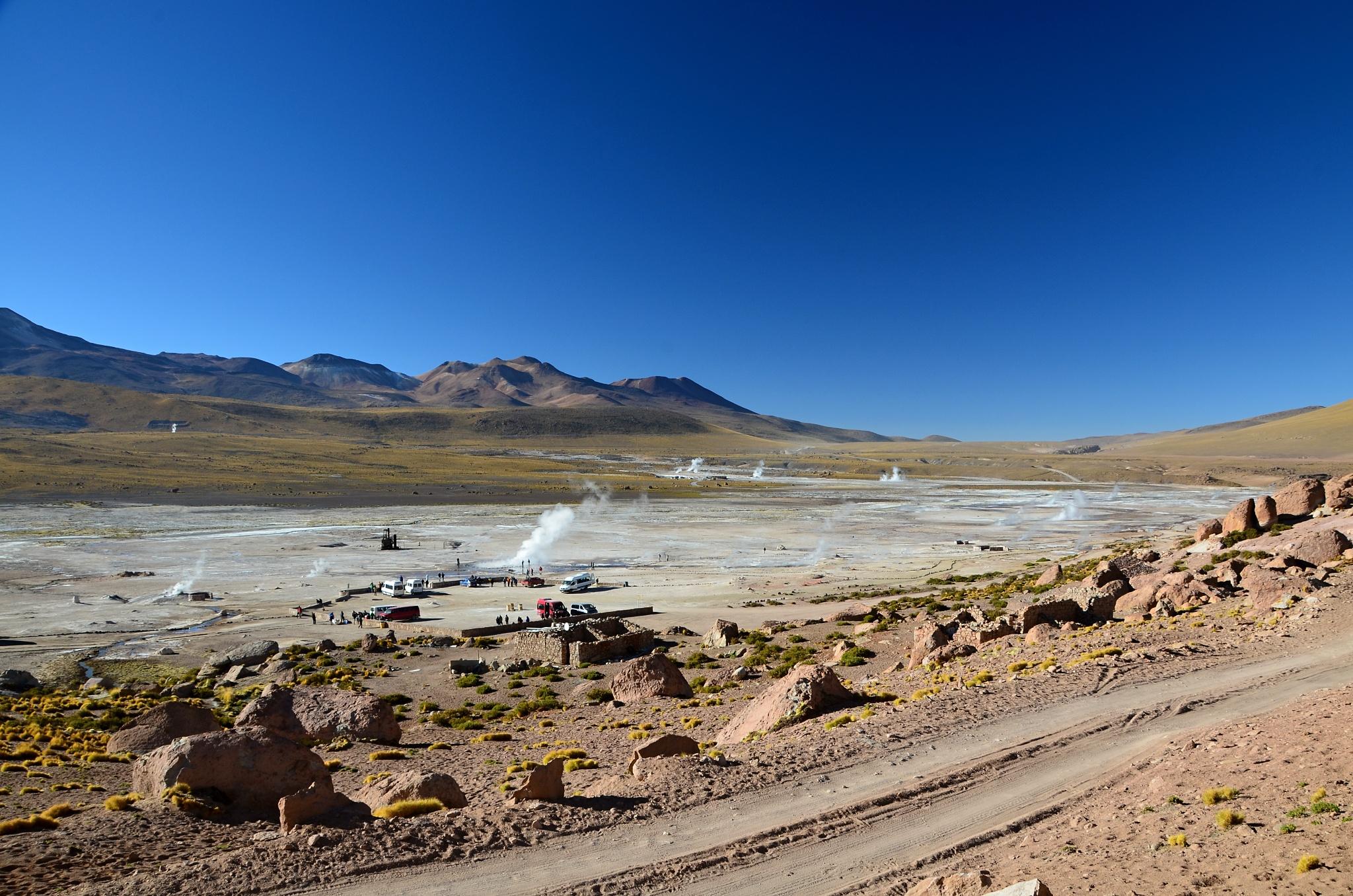 Celkový pohled na gejzíry v El Tatio z kopečku, kde jsme fotili Viskače