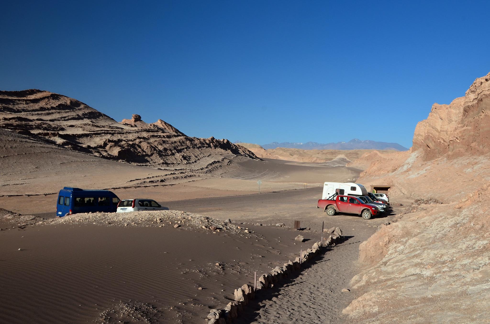 Našli jsme to, auto je zaparkované pod písečnou dunou v údolí Valle de la Luna