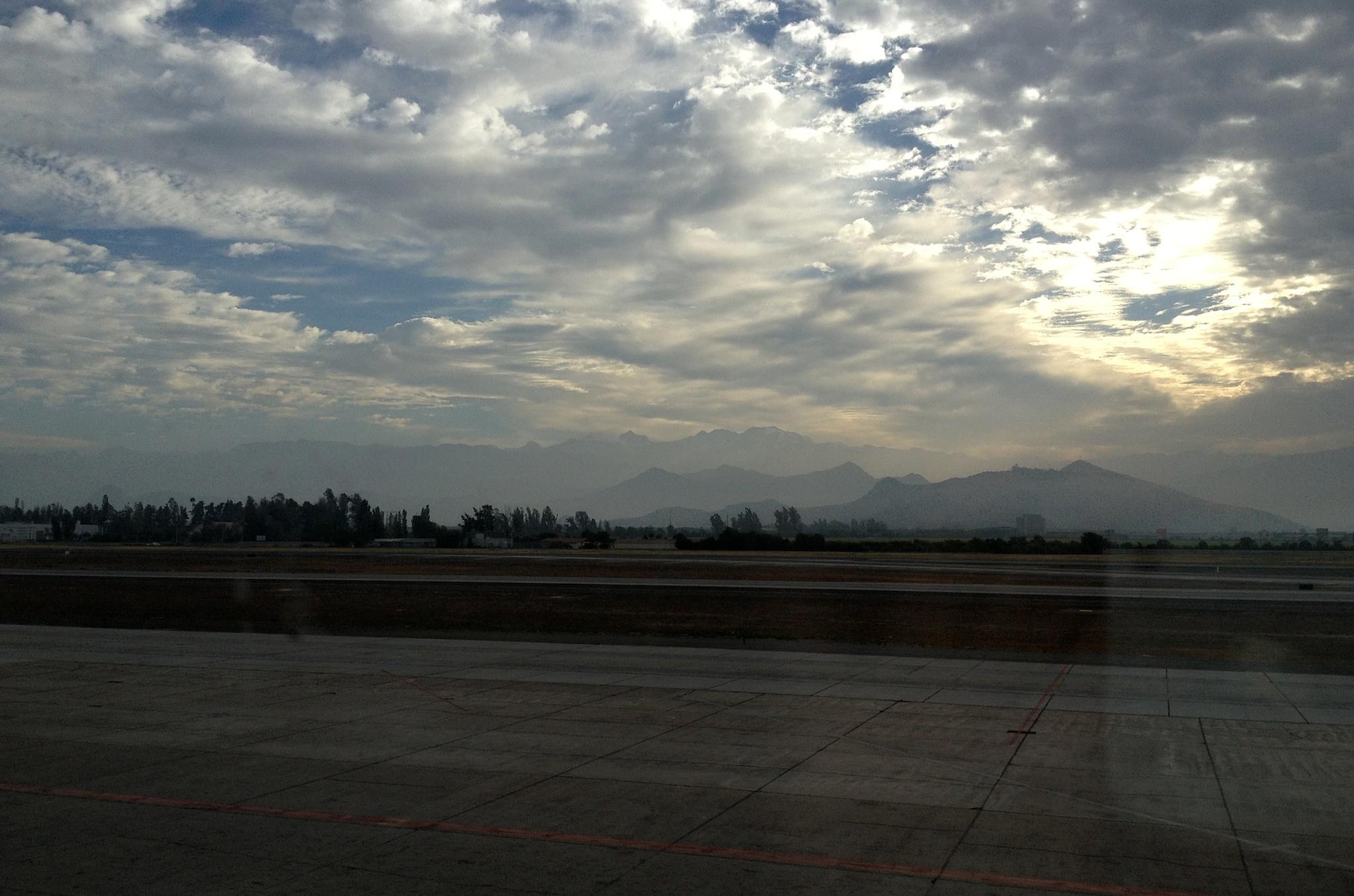 Ráno na letišti v Santiagu, v pozadí vrcholky hor