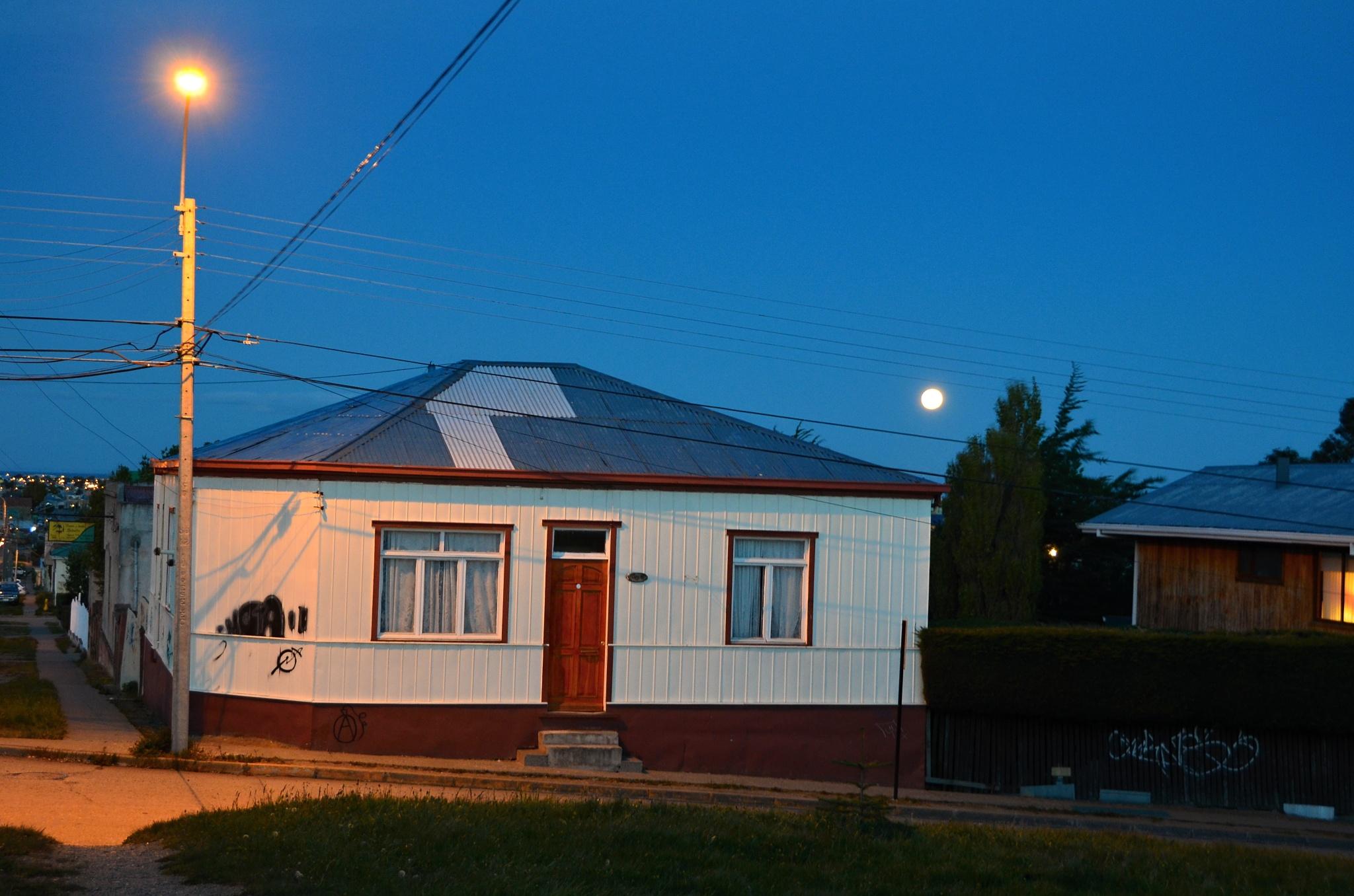 Měsíc v úplňku nad noční Punta Arenas