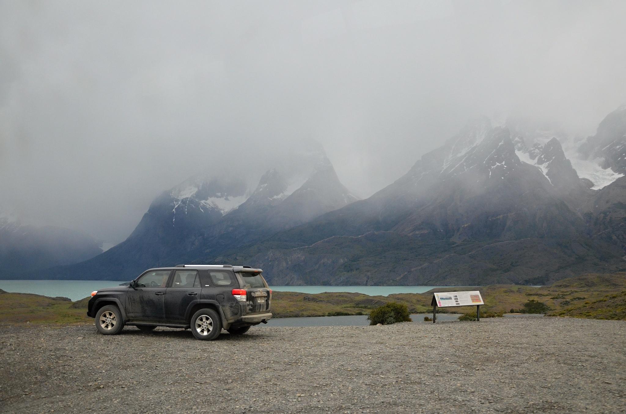 Parkoviště u jezera Pehoé, nízká oblačnost je tu stále