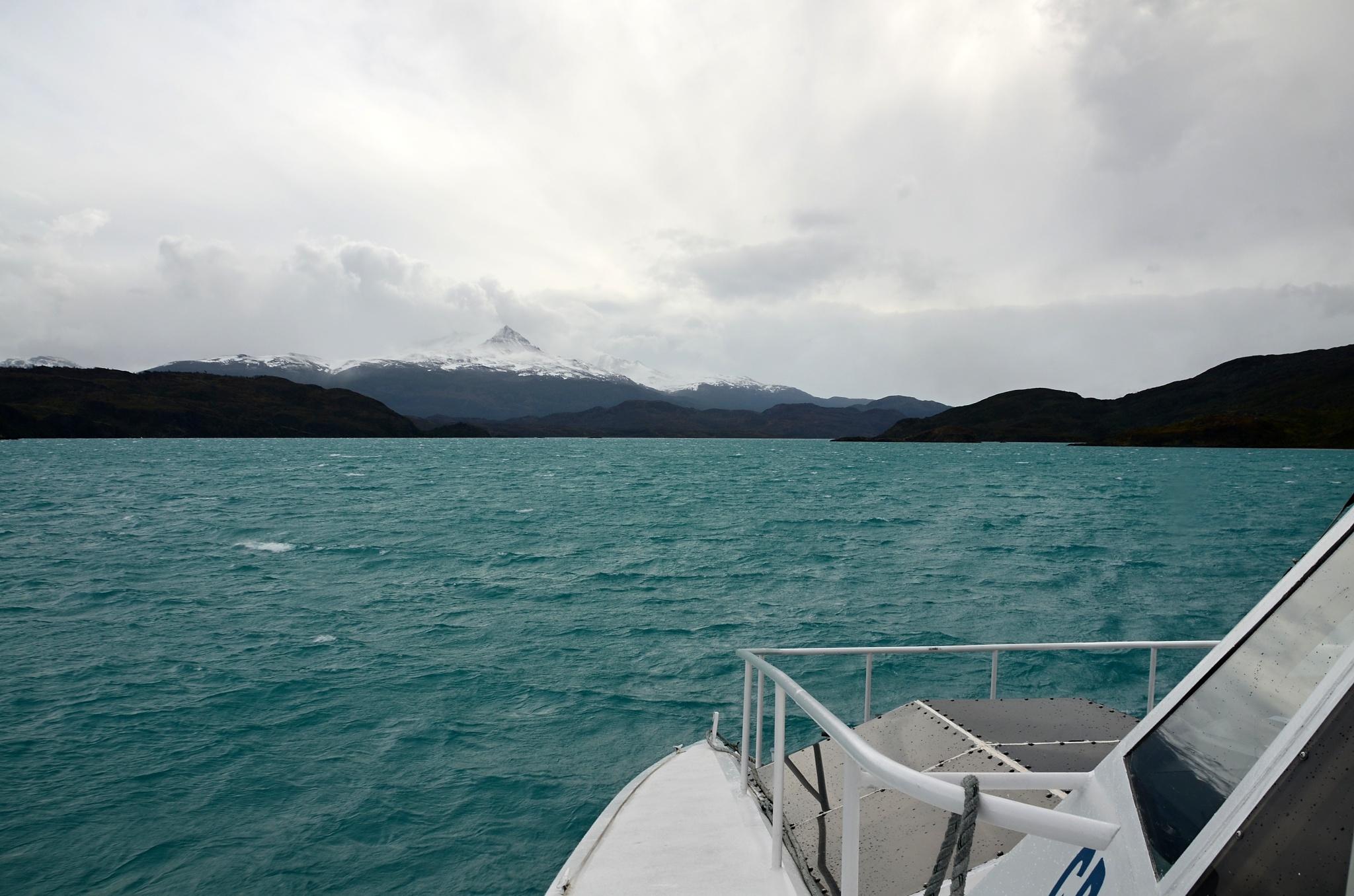 Jezero Pehoé není moc velké, ale vítr vytváří slušné vlnky