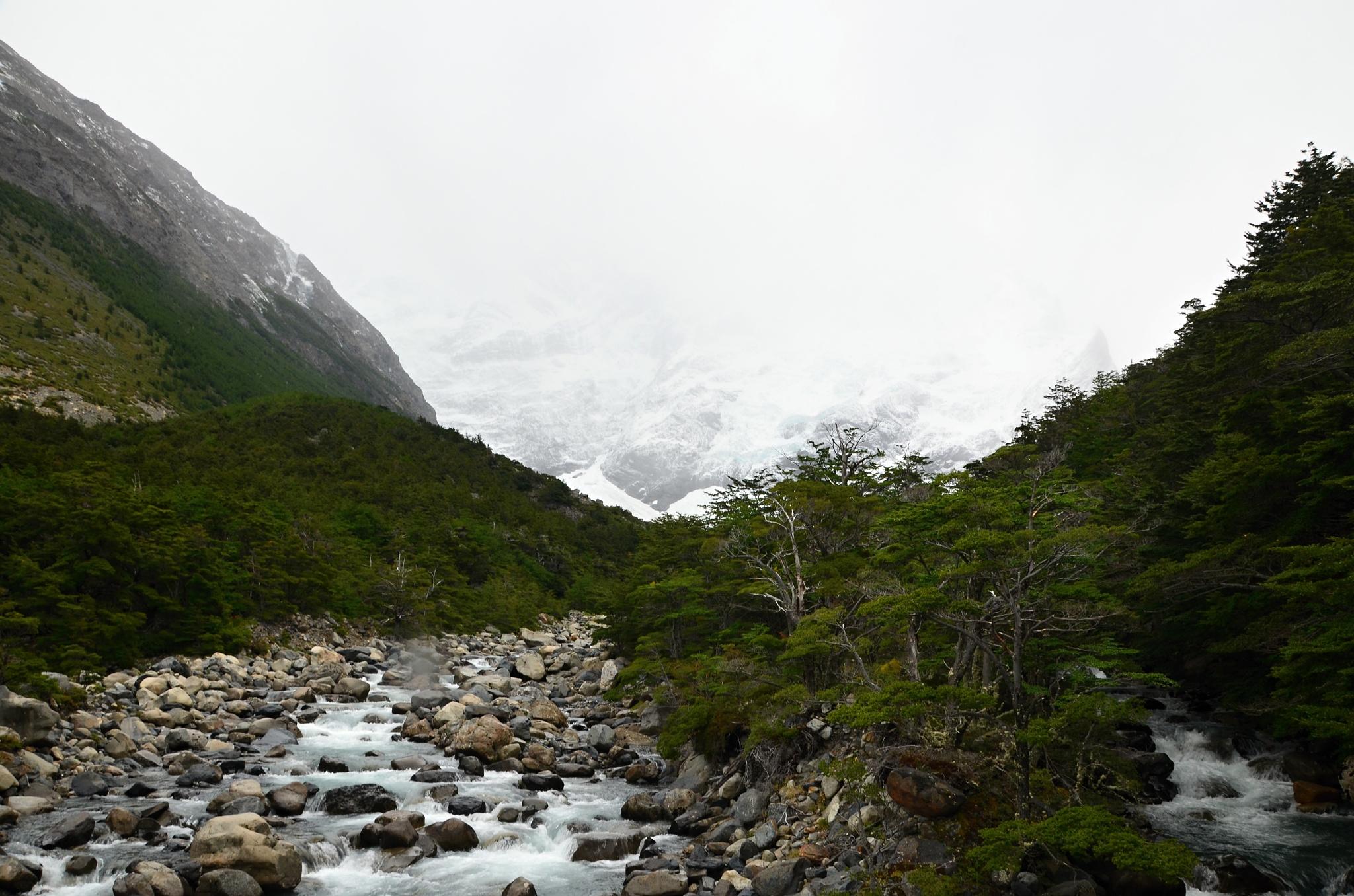 Řeka Francés a za ní ledovec stejného jména