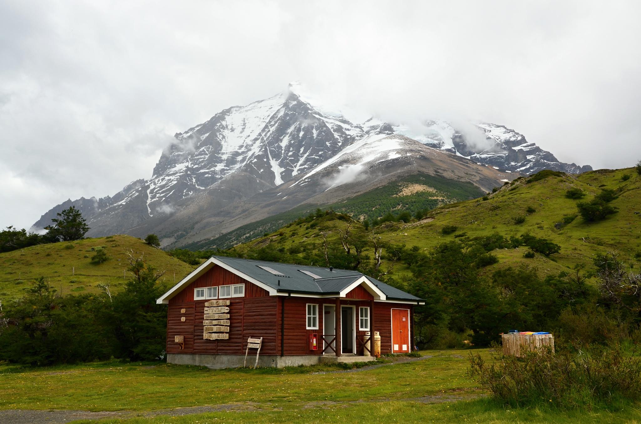 Vkusná chata skrývající sociální zařízení v kempu Las Torres