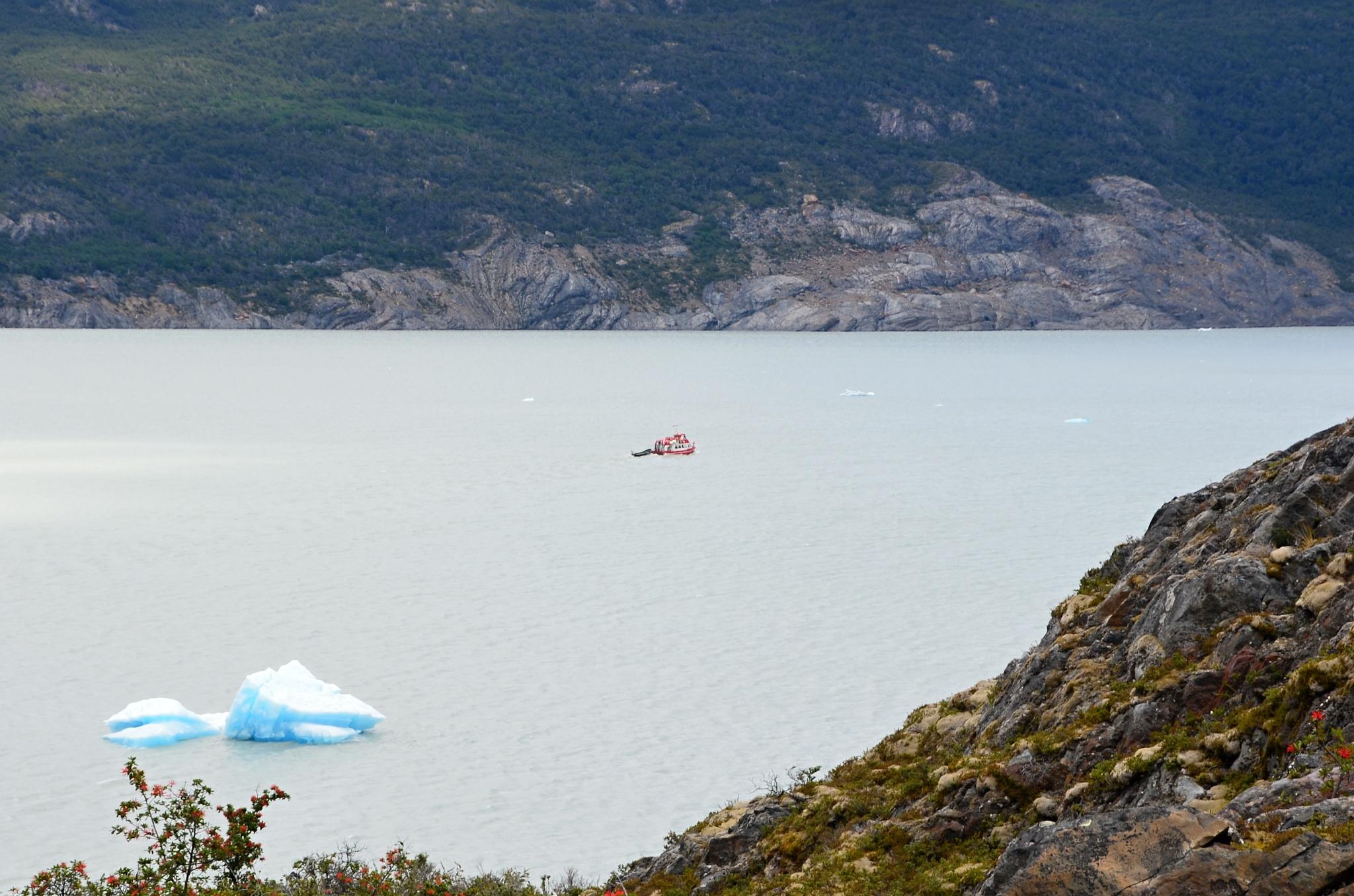 Kra a loď plná turistů mířící k ledovci