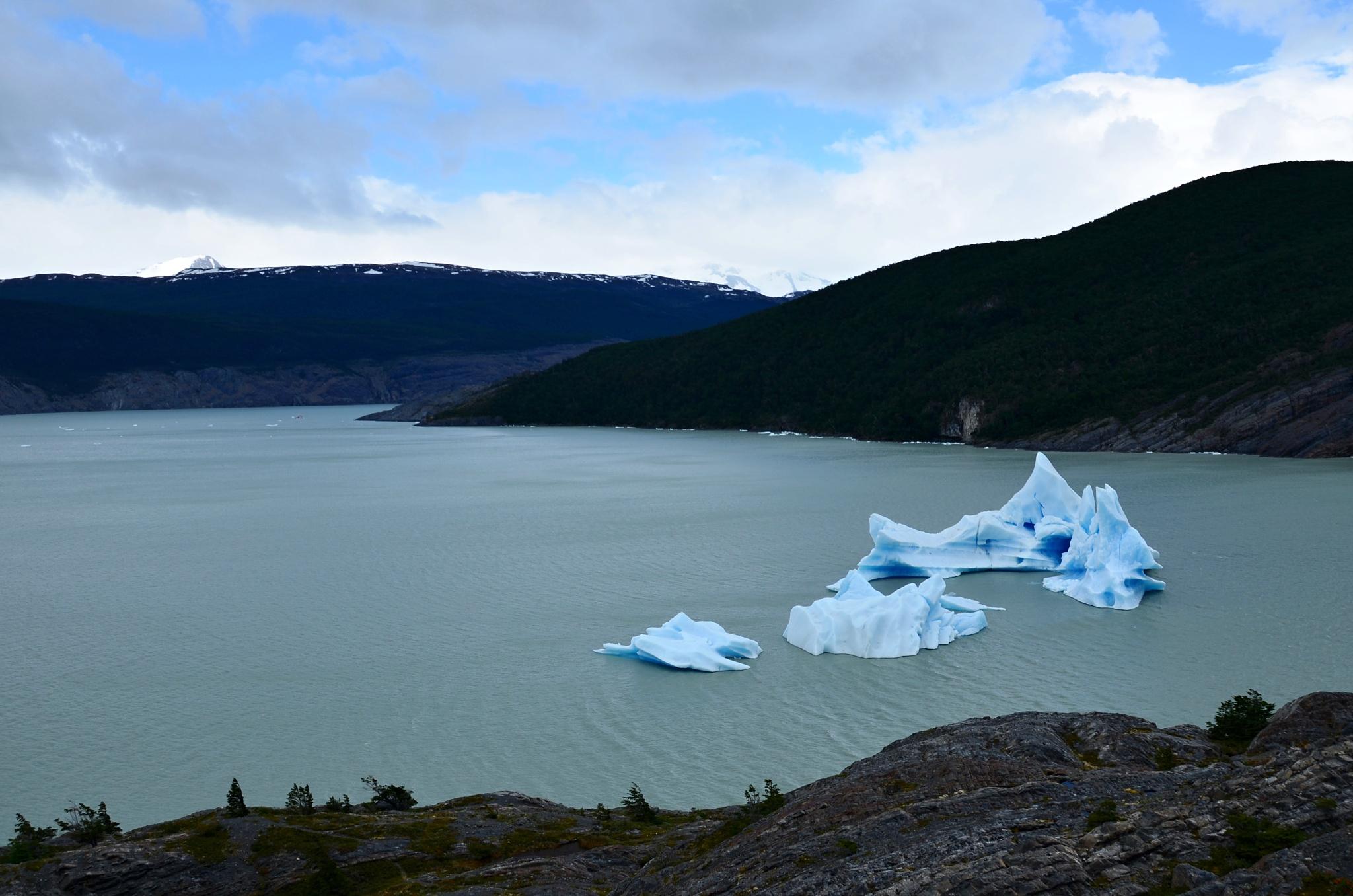 Několik mohutných ker odlomených z ledovce