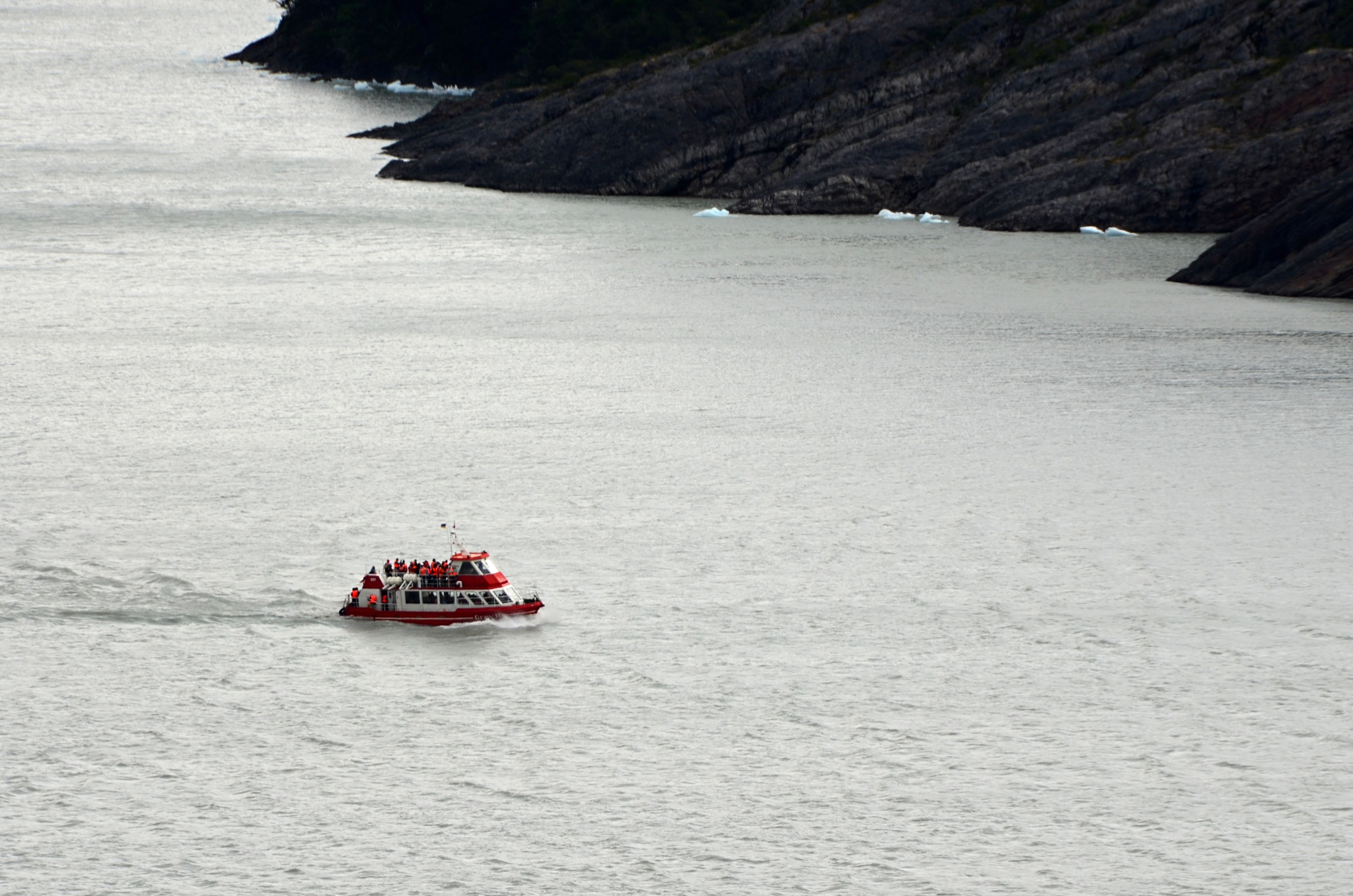 Loď plná turistů