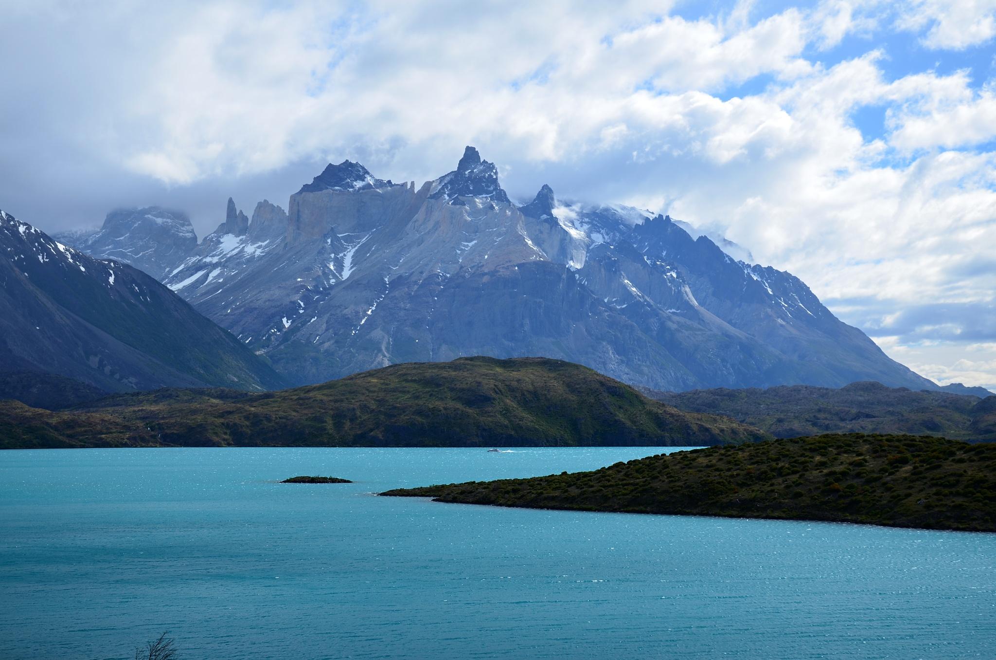 Jezero Pehoé, na pozadí a Cuernos del Paine a před ním malý katamaran