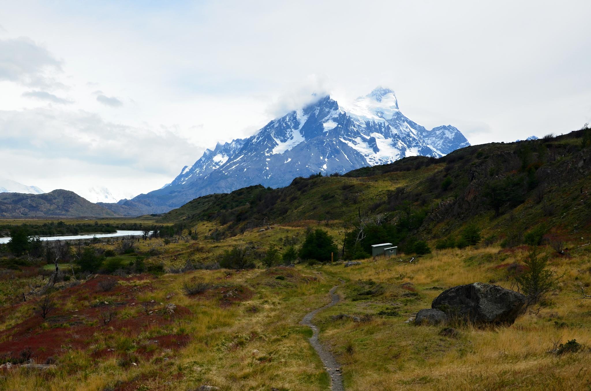 Opuštěný kemp Las Carretas, v pozadí hora Paine Grande