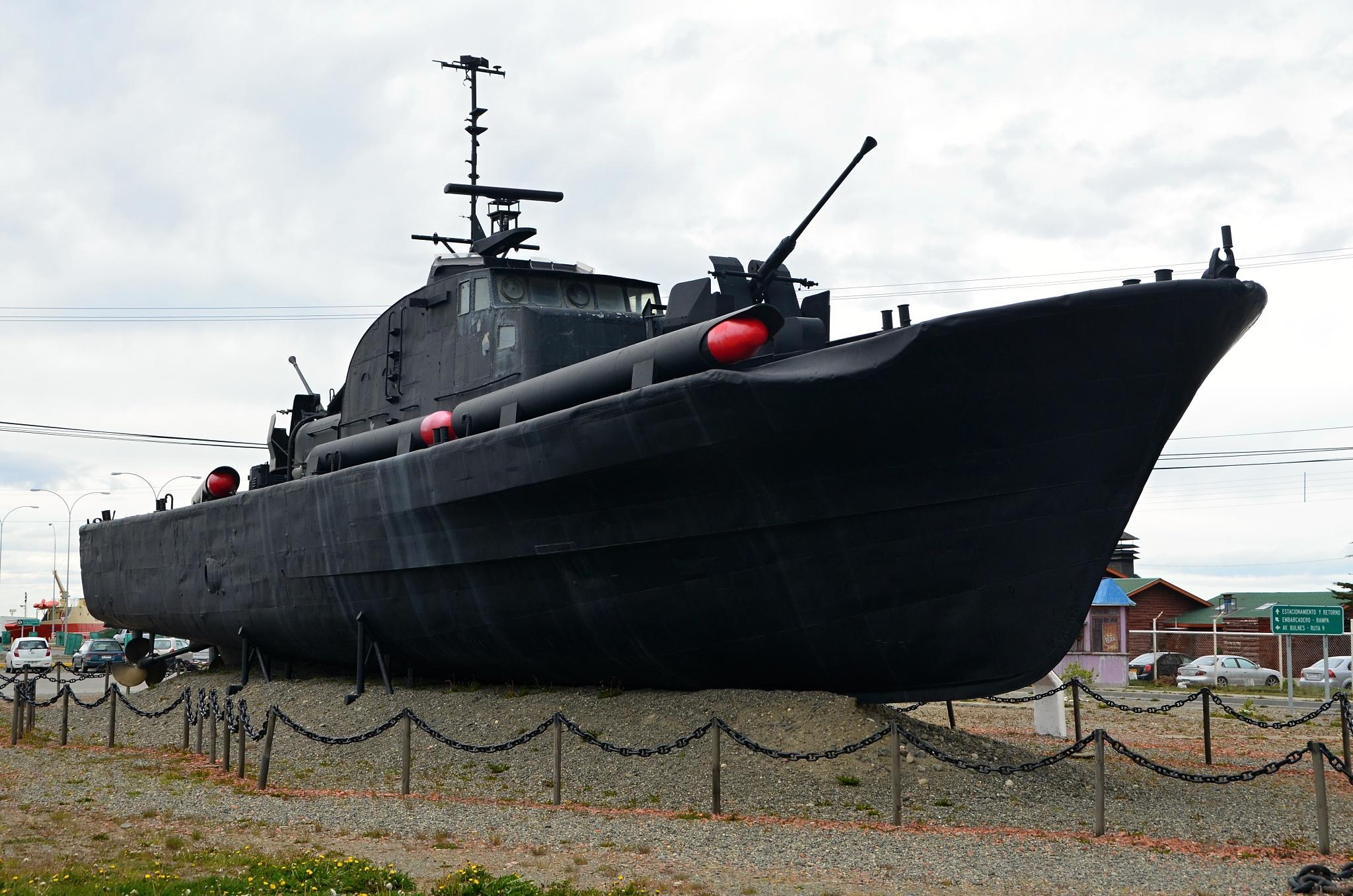 Na souš vytažený vojenský člun
