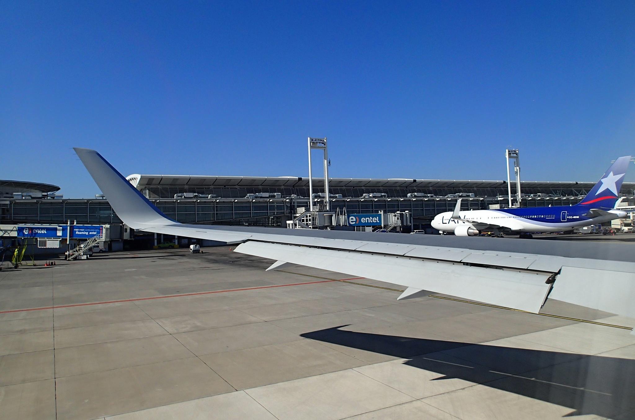 Rolujeme na runway na letišti v Santiagu