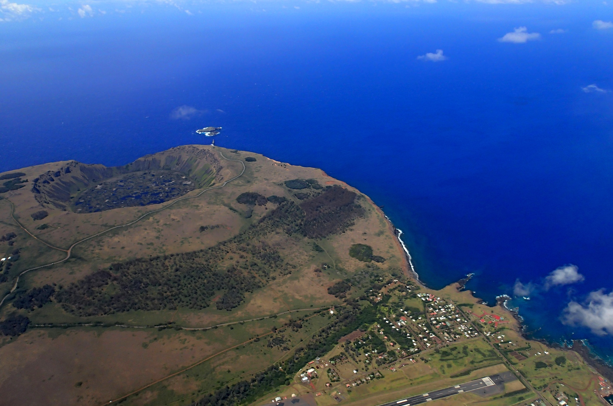 Vulkán Rano Kau, městečko Hanga Roa a kousek mezinárodního letiště