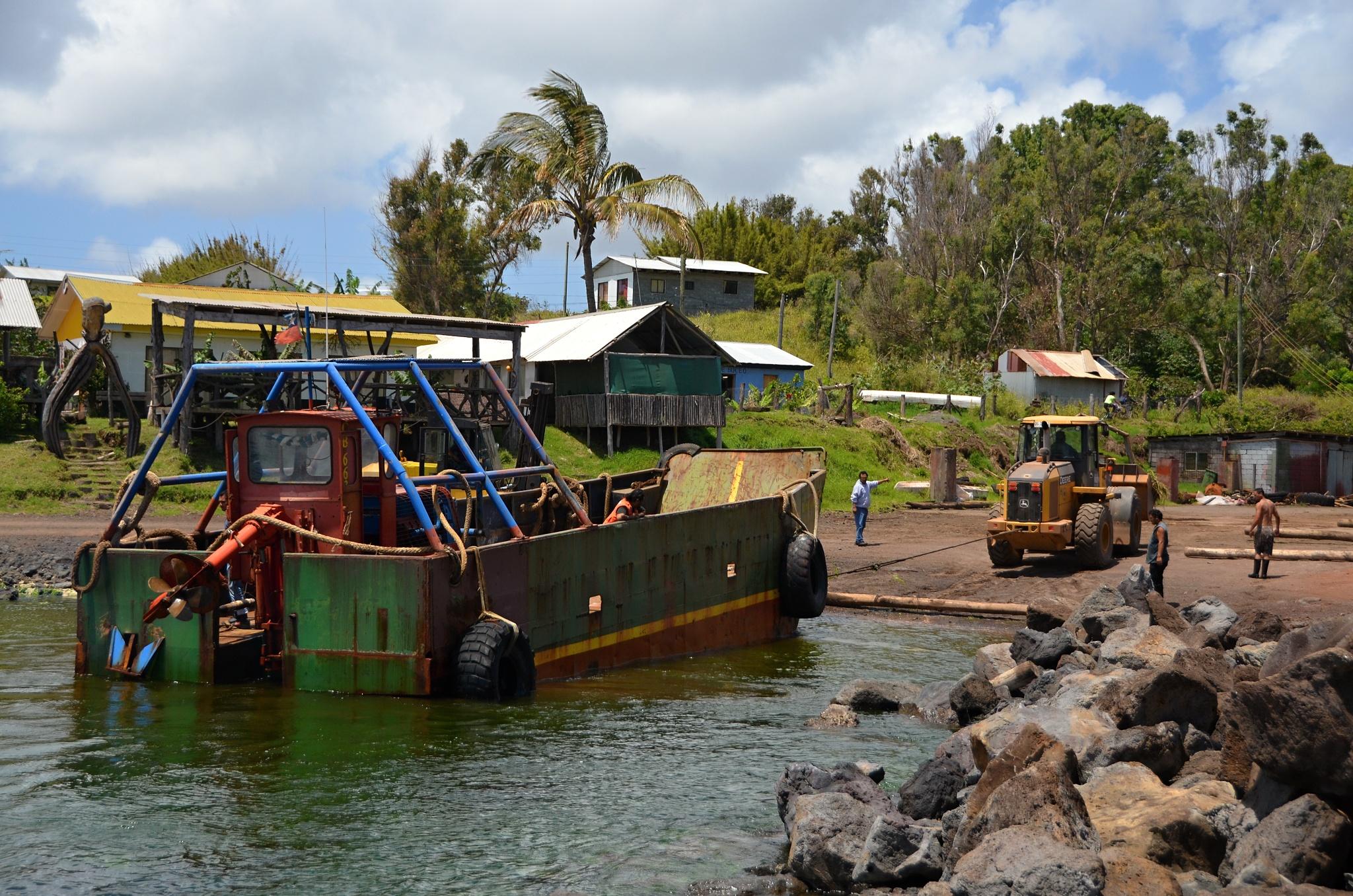 Dělníci vytahují nákladní loď na břeh