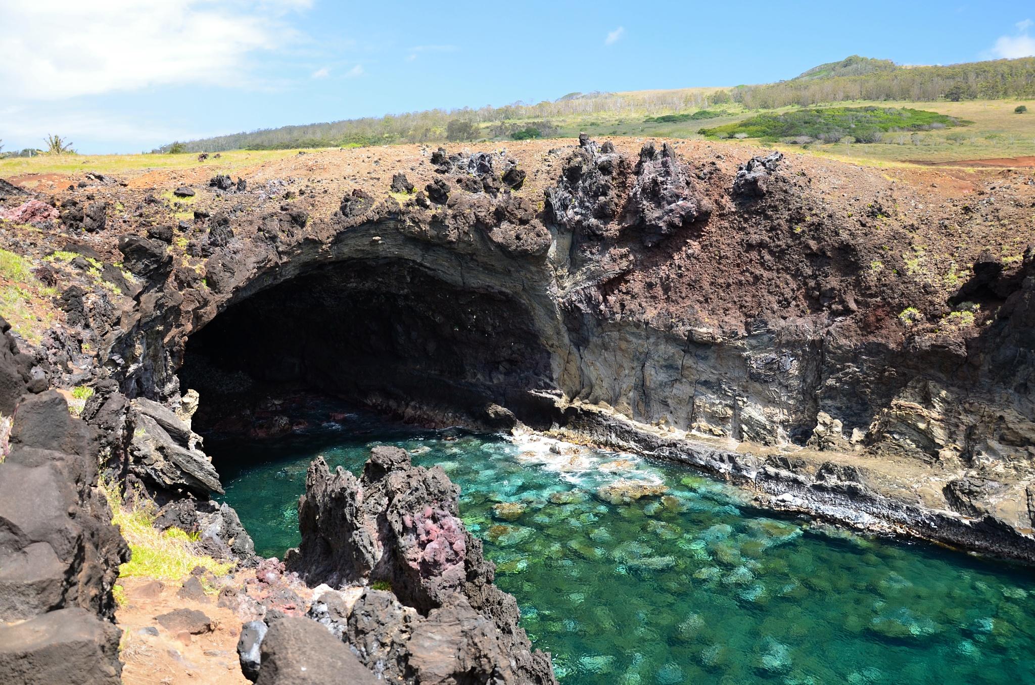 Přírodní jeskyně se skále