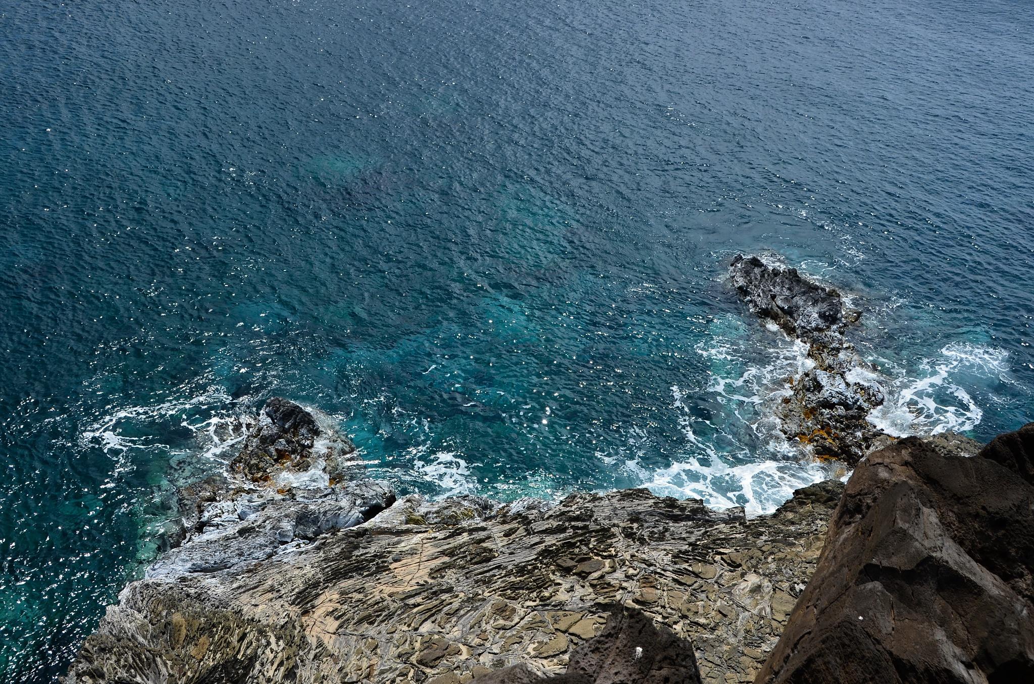 Strmý útes do moře