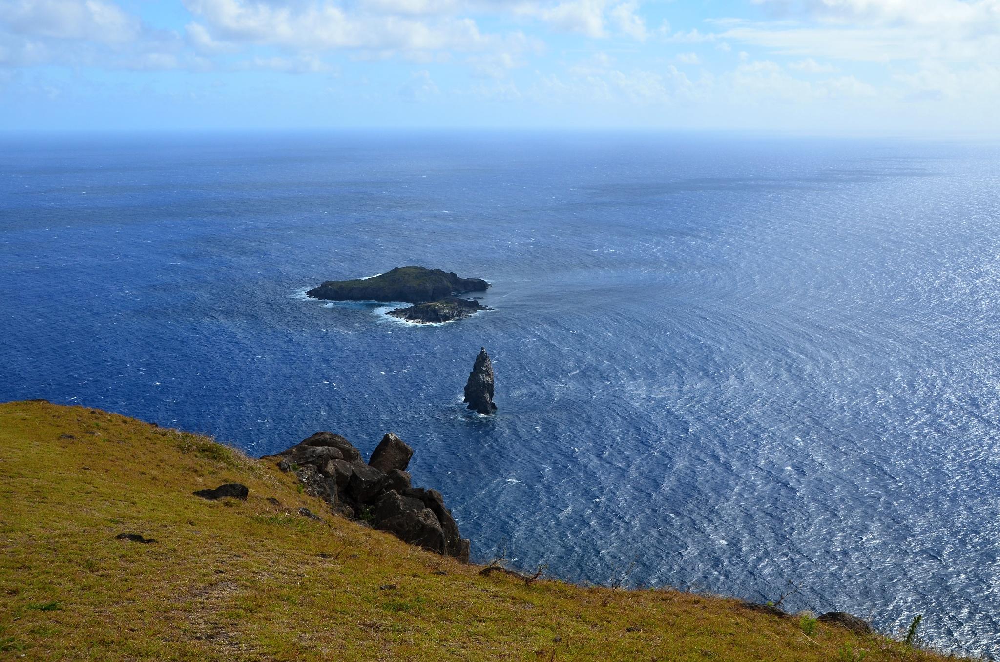 Malé ostrůvky Motu Nui (vzadu), Motu Iti a Motu Kau Kau