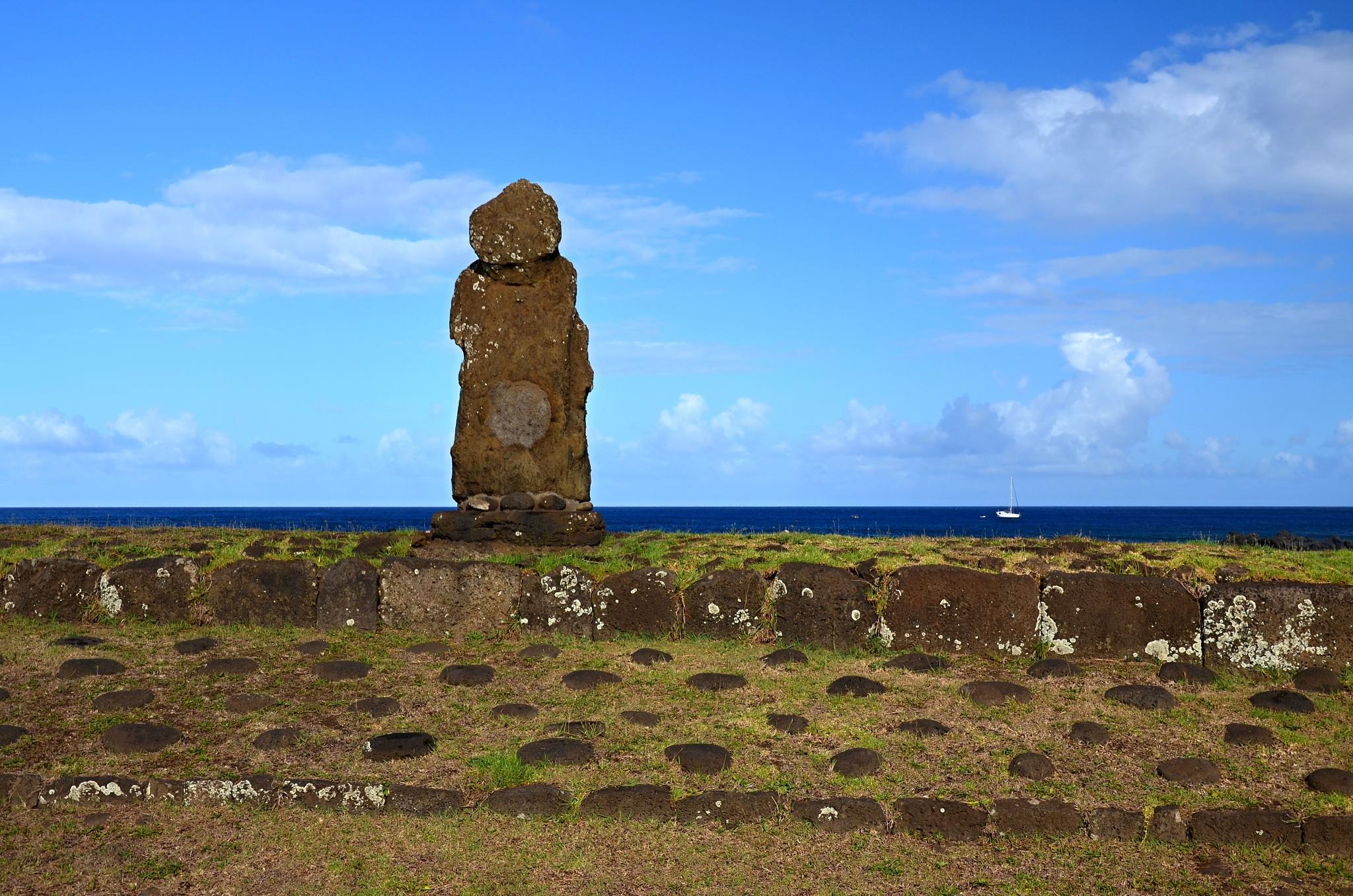 Smutná Moai na místě Ahu Ko Peka Ta'e Ati