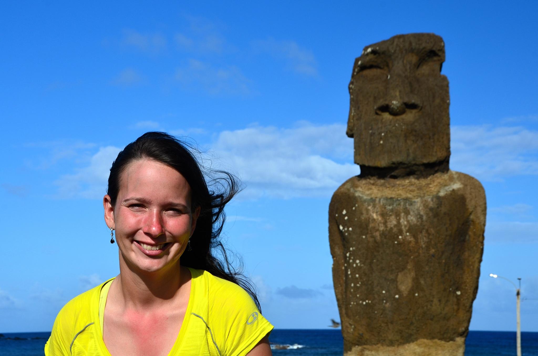 Hanka u Moai na místě Ahu Hotake