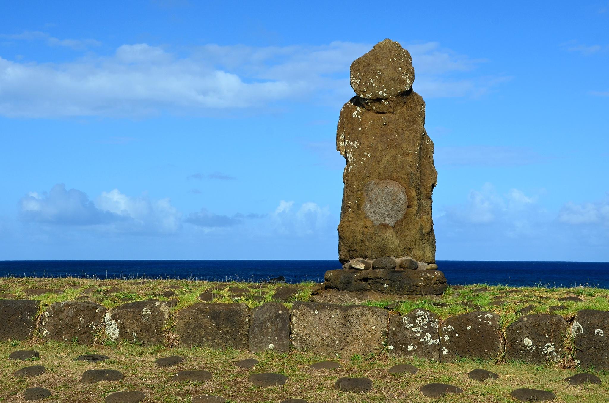 Dost zbědovaný Moai na místě Ahu Ko Peka Ta'e Ati